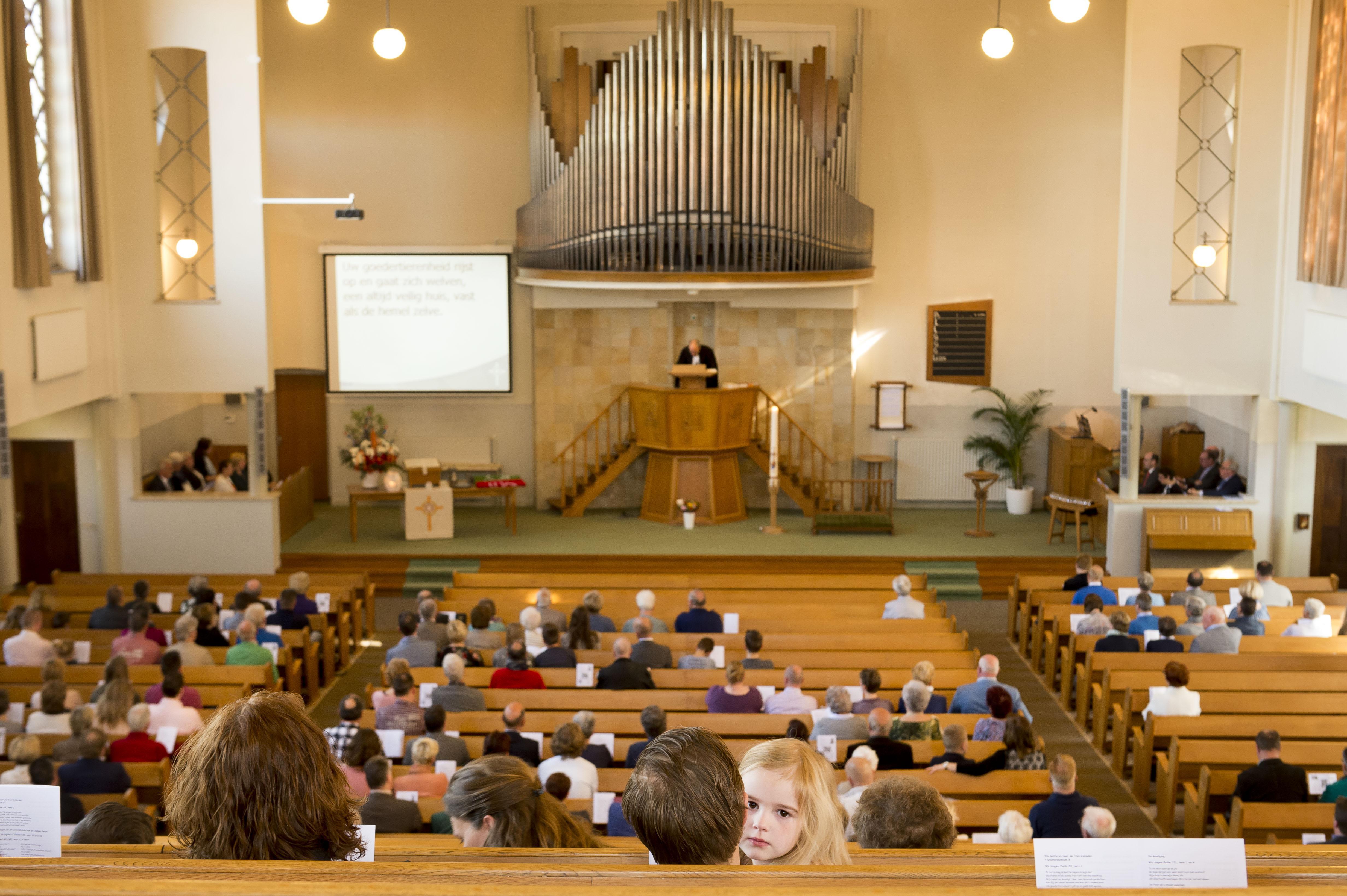 Rumoer in Rijnsburg: zonder toestemming kerkbanken verwijderd uit monumentale Maranathakerk