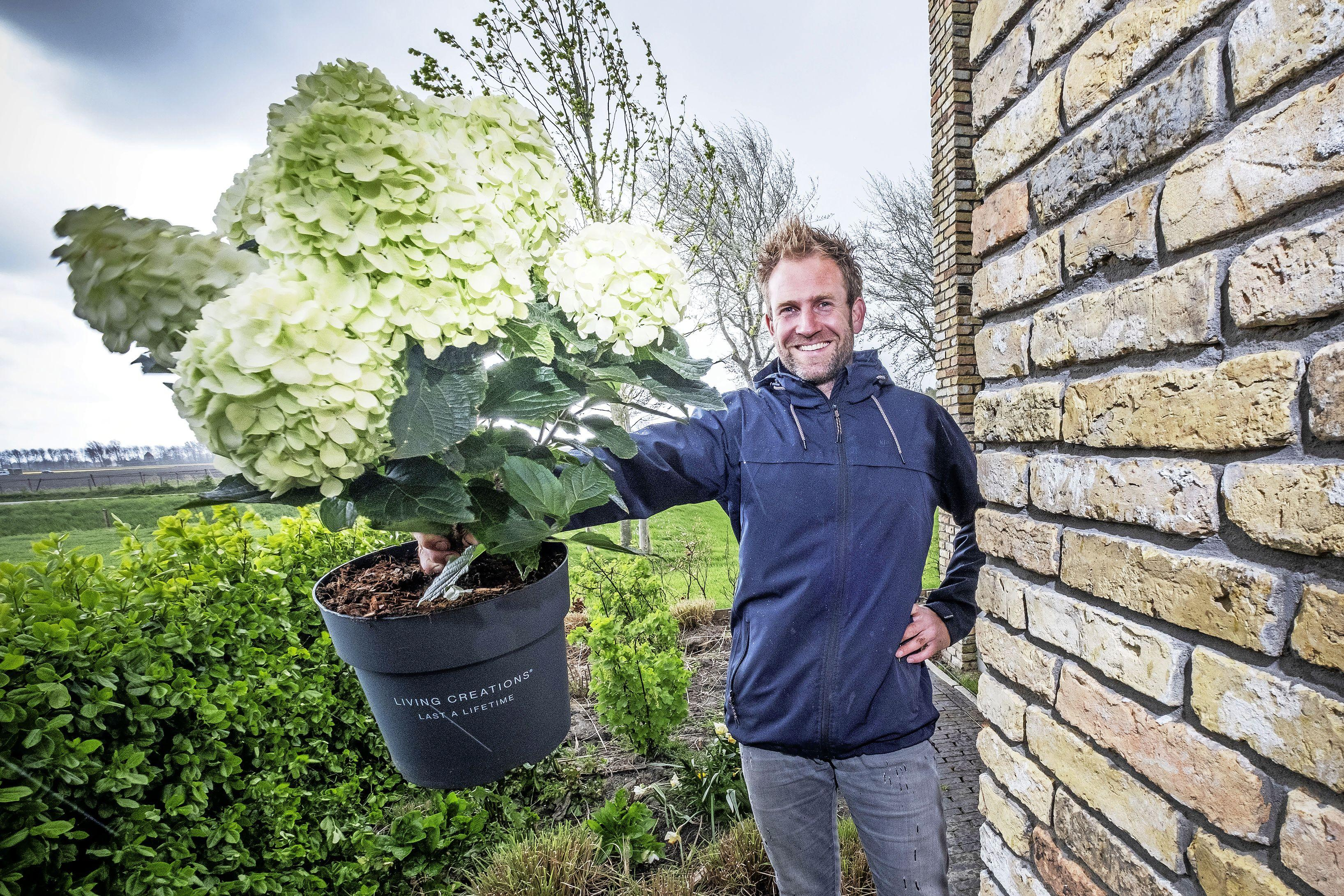 Boer Tom plant een pluim in de tuin