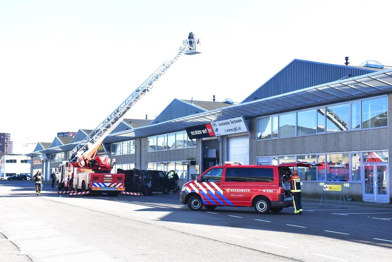 Bestelbus en container in Leids bedrijfspand vatten vlam, oorzaak nog onbekend