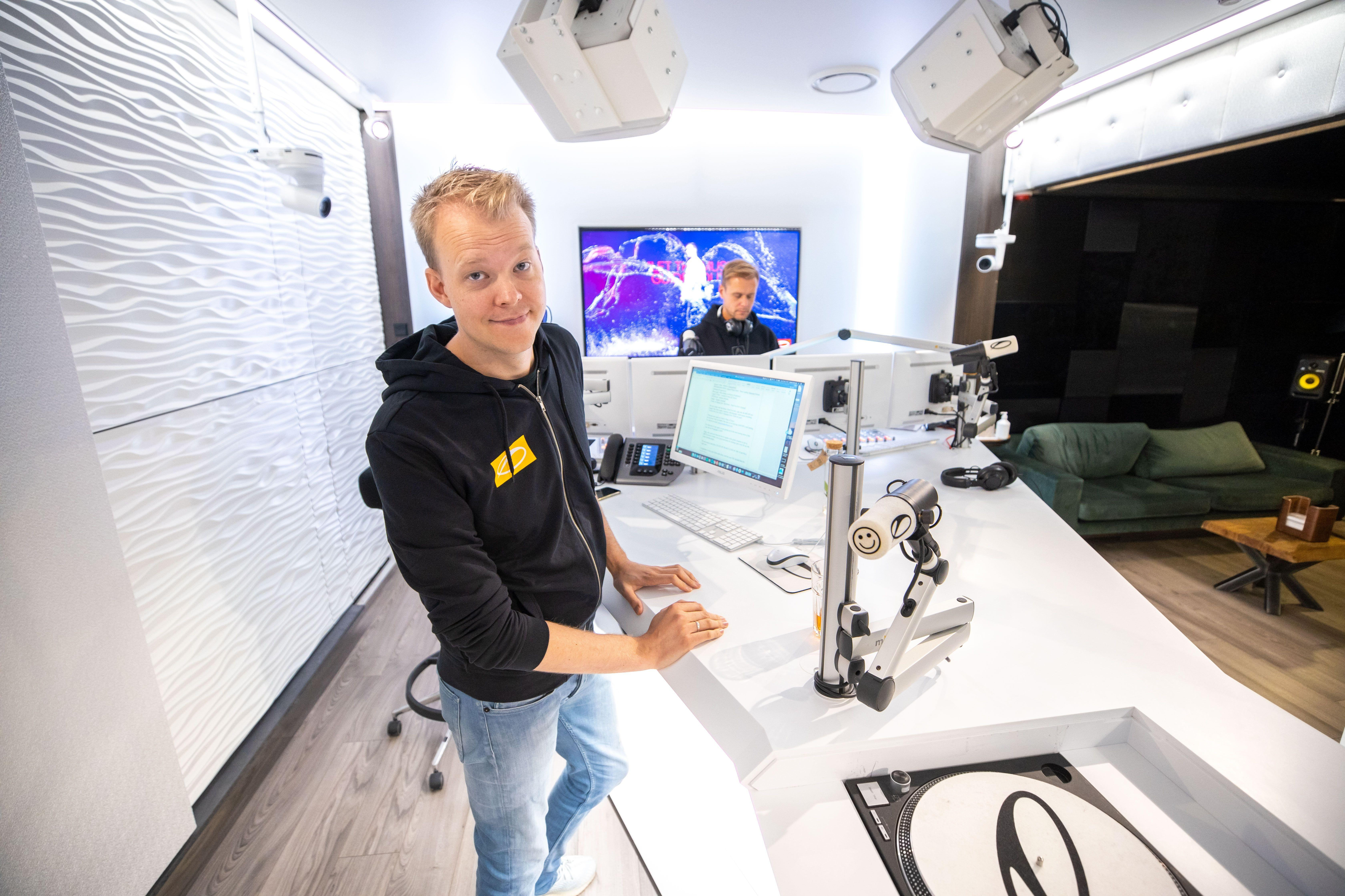 Haarlemse dj Ruben de Ronde presenteert aflevering 1000 van radioshow met Armin van Buuren voor miljoenenpubliek: 'Ik hoor dat het veel fans juist nu een soort houvast biedt' [video]