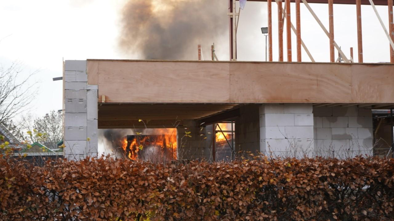 Chalet verwoest door brand in Limmen, veel rookontwikkeling