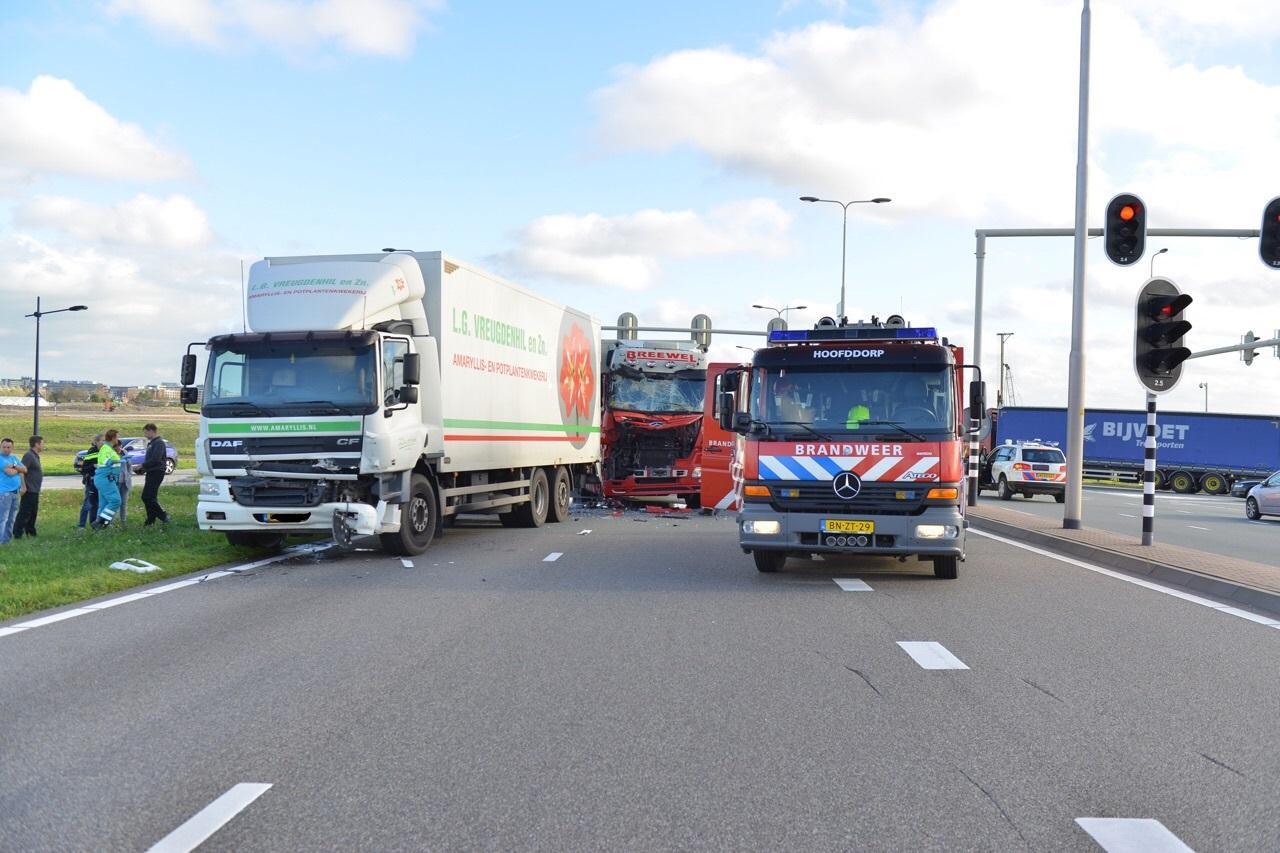 Botsende vrachtwagens zorgen voor ravage op N201 bij Hoofddorp