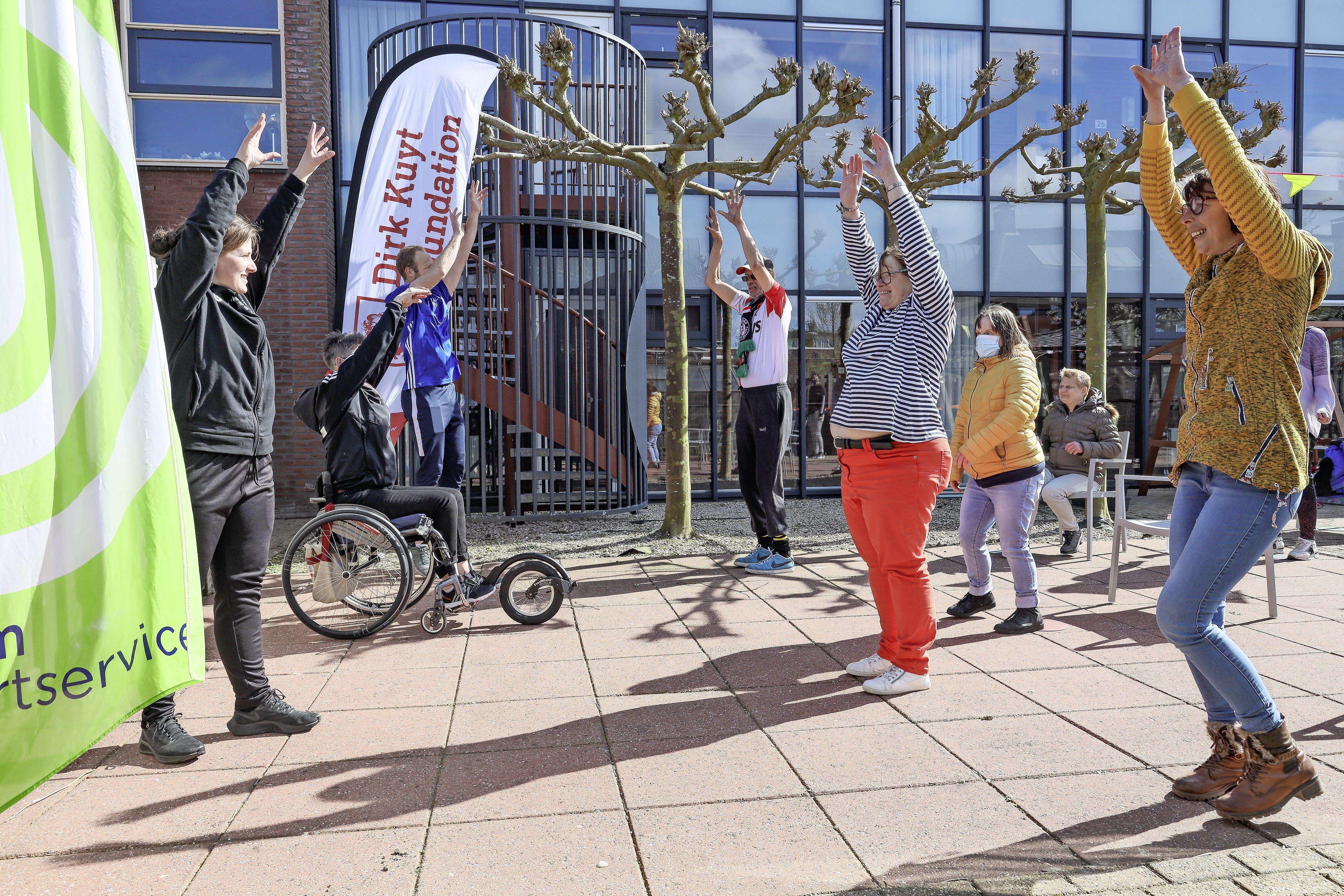 Ingeënte bewoners Hoogkarspel krijgen eerste Dirk Kuyt-sporttraining: 'Sommigen doen met twee armen mee, anderen met één'