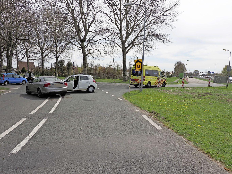 Persoon gewond bij ongeluk in Velserbroek; auto lekt olie op wegdek