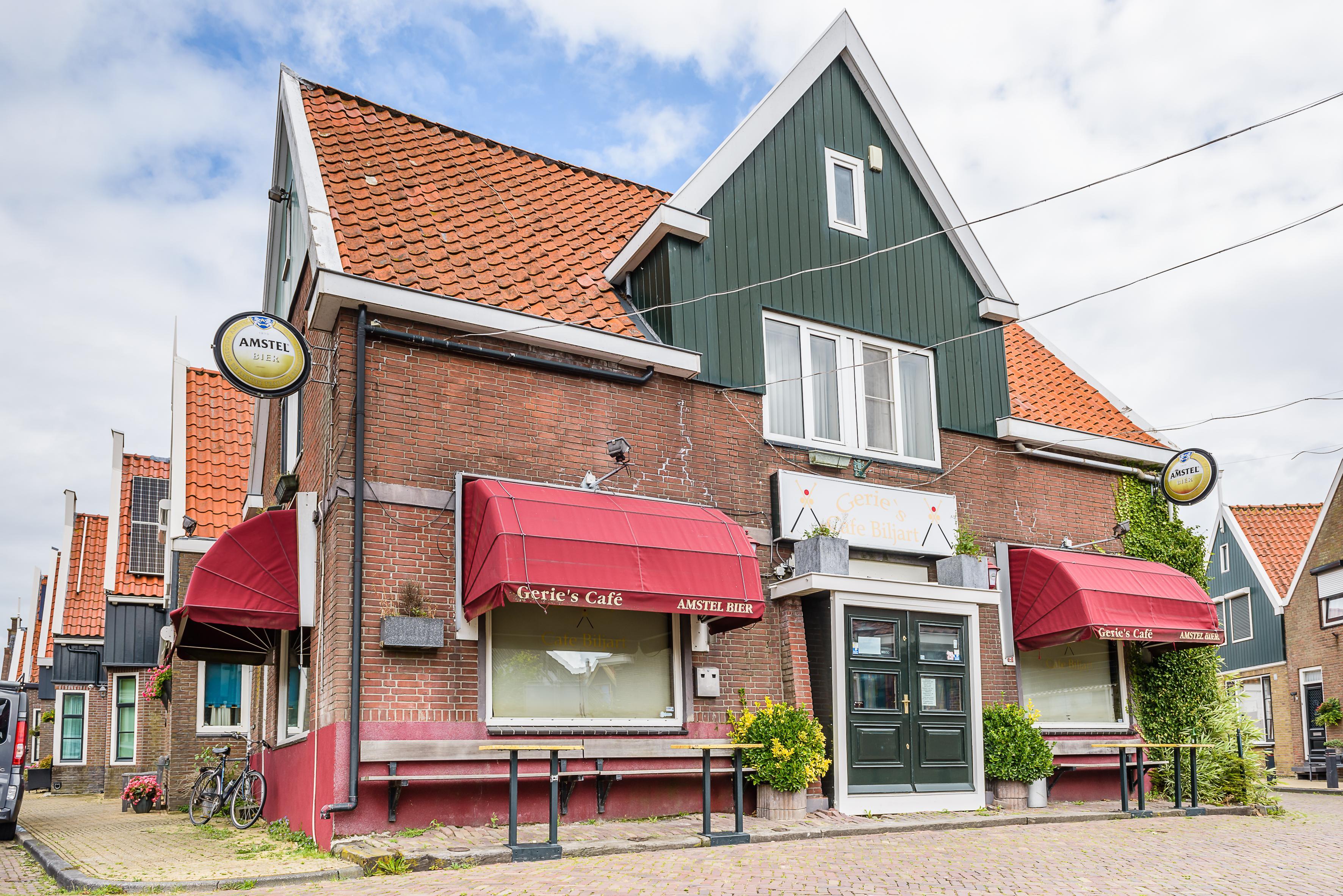 Reactie Gerie Azelmad op sluiting café in Volendam: 'We zijn door corona door onze reserves heen en lopen nu een zooitje geld mis. Dit is funest'