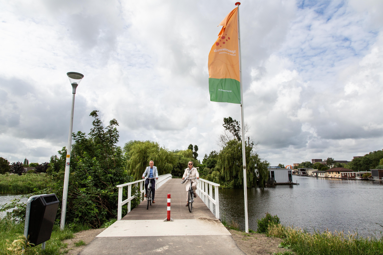 Fietsbrug over Zijkanaal F bij Halfweg vernieuwd en geopend