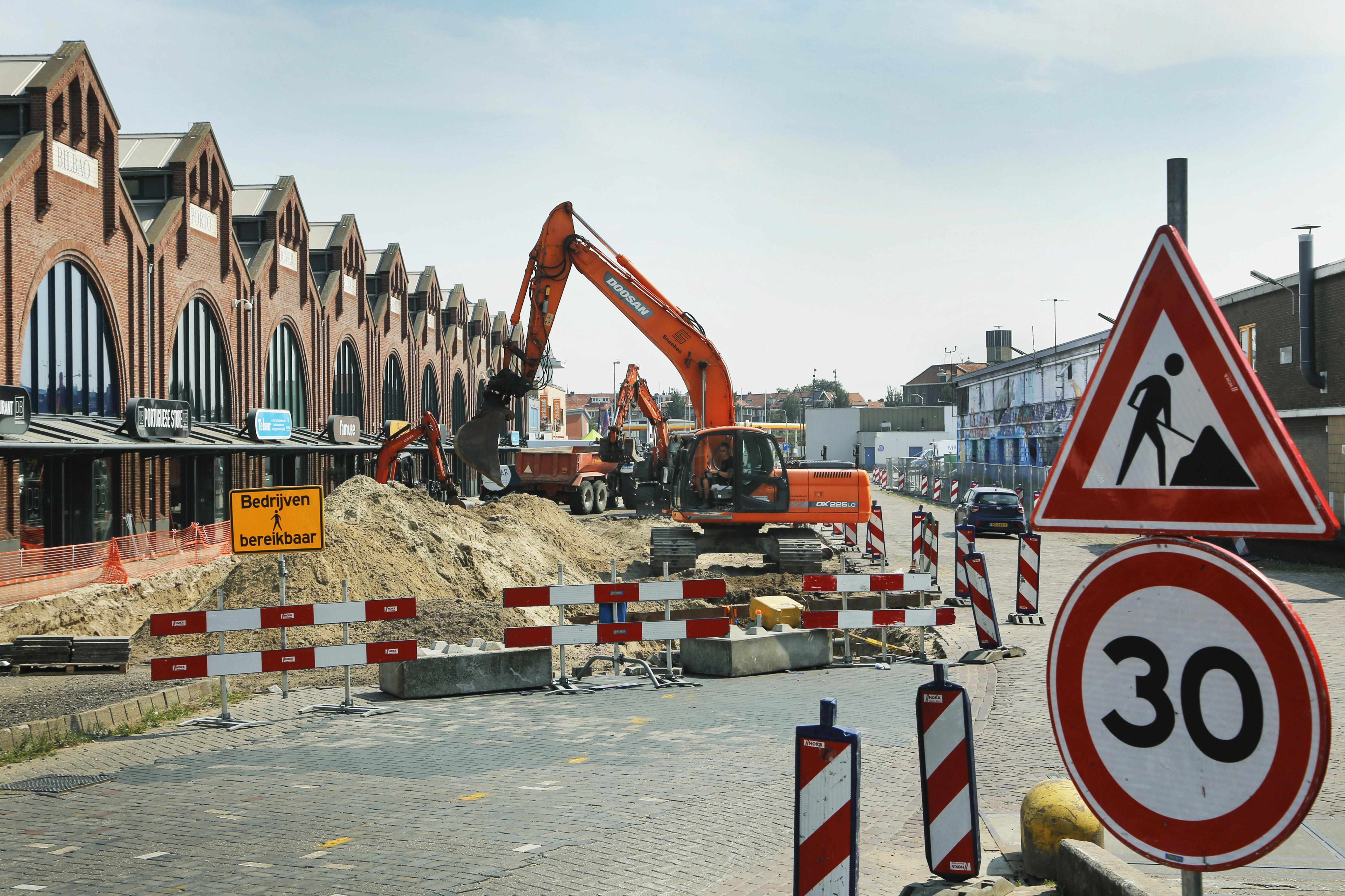 Nieuwe leidingen onder Halkade maken de metamorfose van de weg in het IJmuidense havengebied compleet