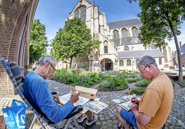 Het pleintje in Alkmaar lijkt even het Montmartre. Met kwasten en verf in de tas zoeken René van Dijk en Kees Winder naar romantiek in de regio. Al die aandacht? Dat hoeft van hen niet per se