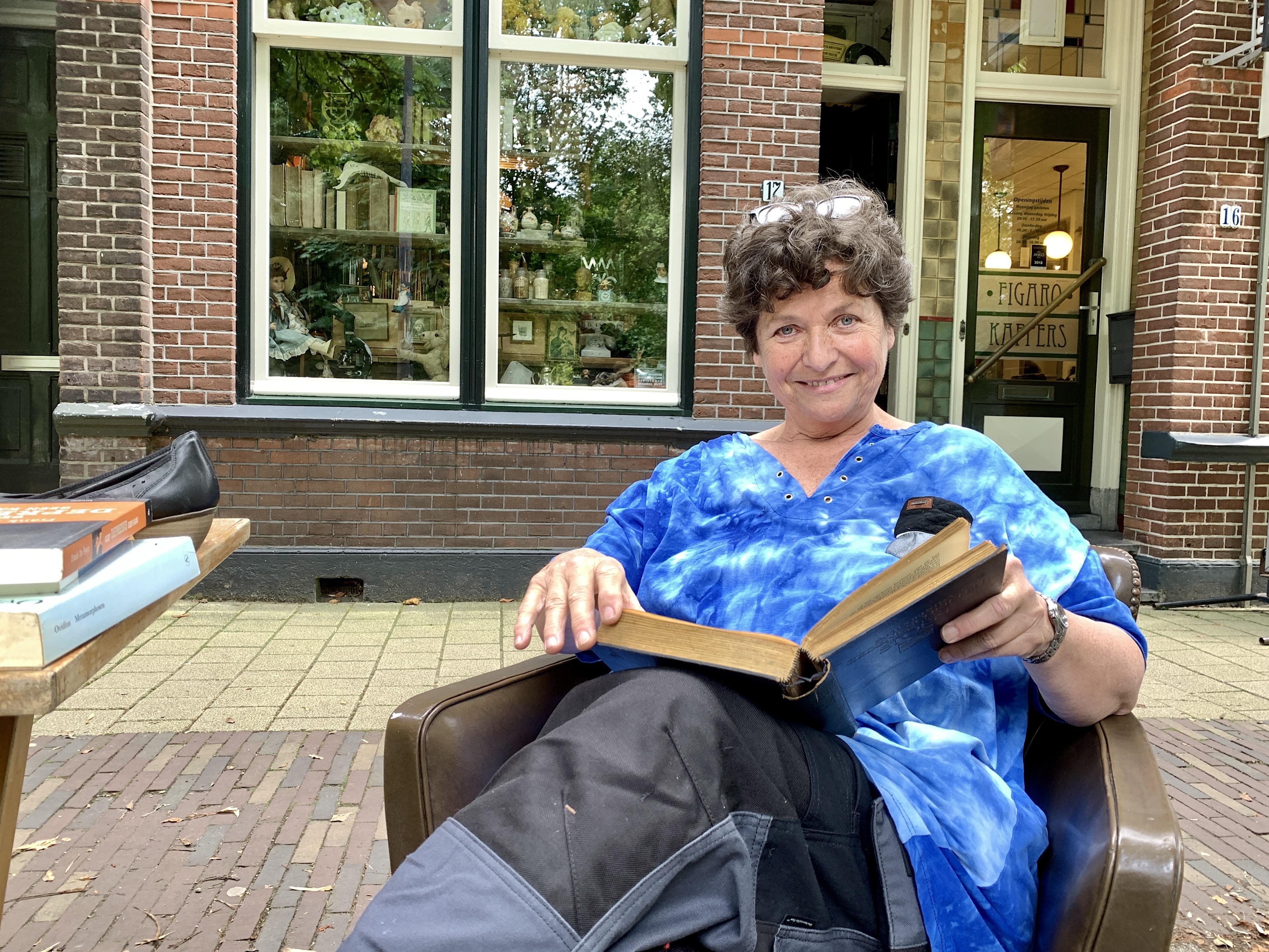 'Boeken weggooien? Zonde', vindt Alkmaarse Wieke Hoeben (64). 'Mijn huis is een asiel voor boeken die niemand nog wil'