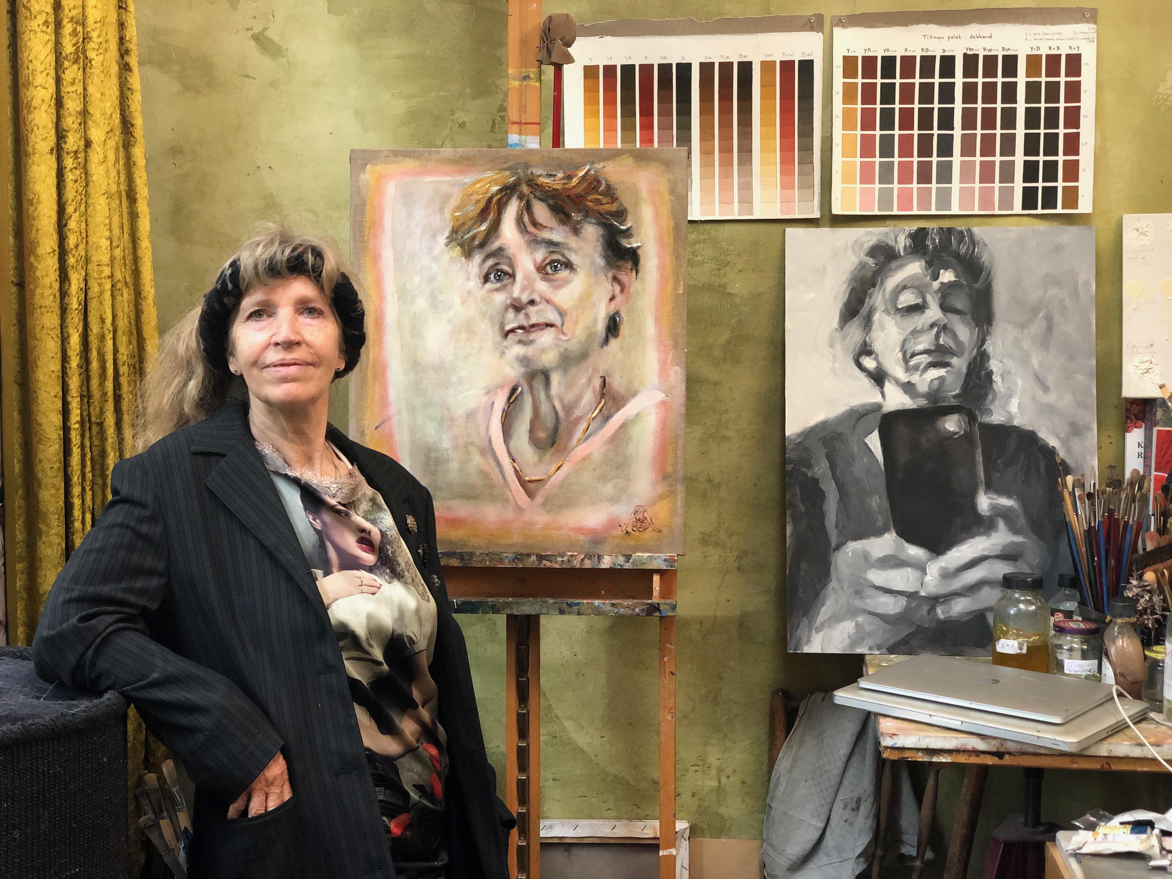 Haarlemse kunstenares schildert Clairy Polak voor tv-programma Sterren op het Doek. 'Ik ben apetrots op het portret'