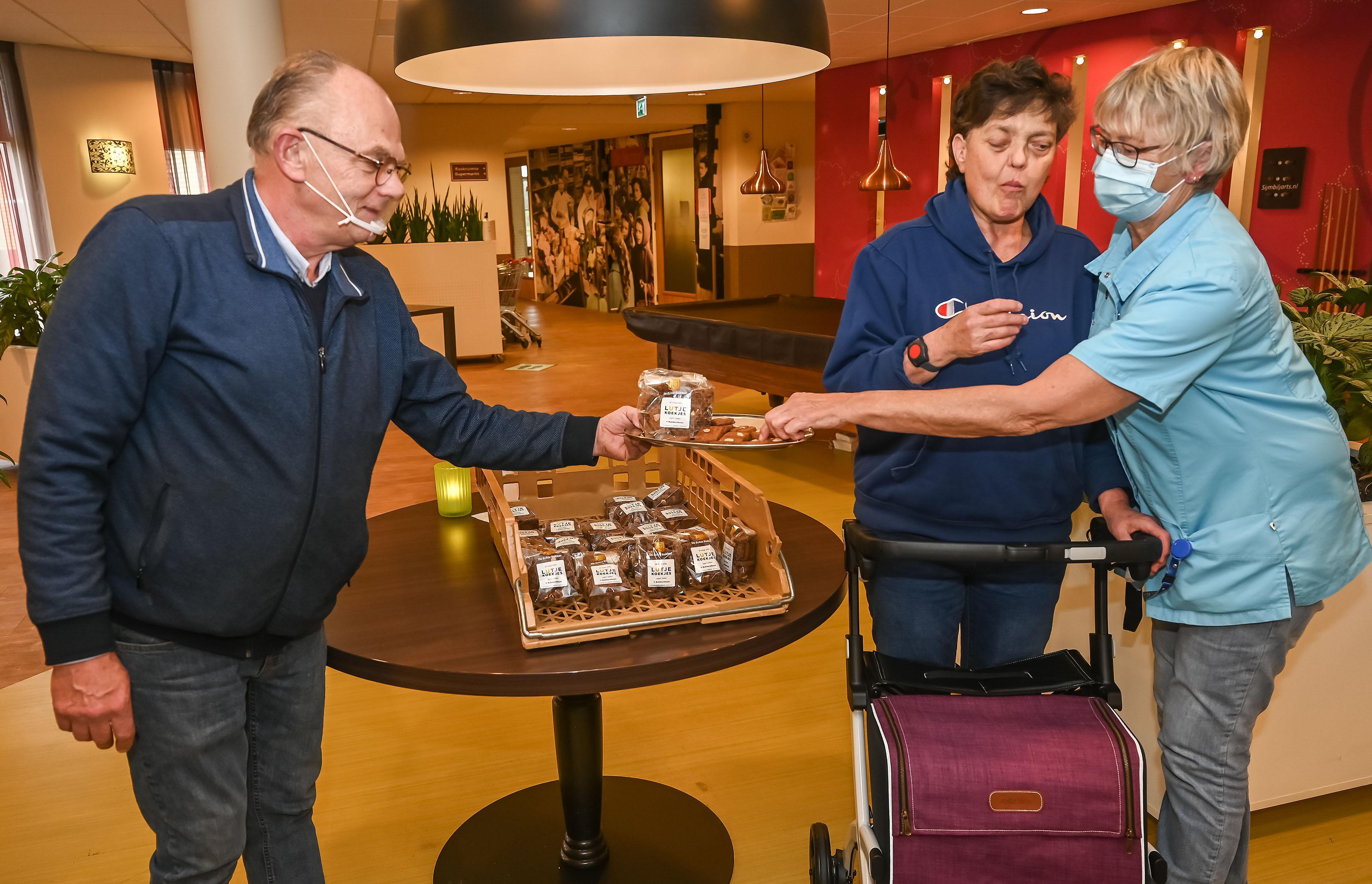 Lutjebroeker Cees verwent verzorgingstehuizen met de lekkerste Lutjekoekjes: 'Mijn geheime recept deel ik niet!'