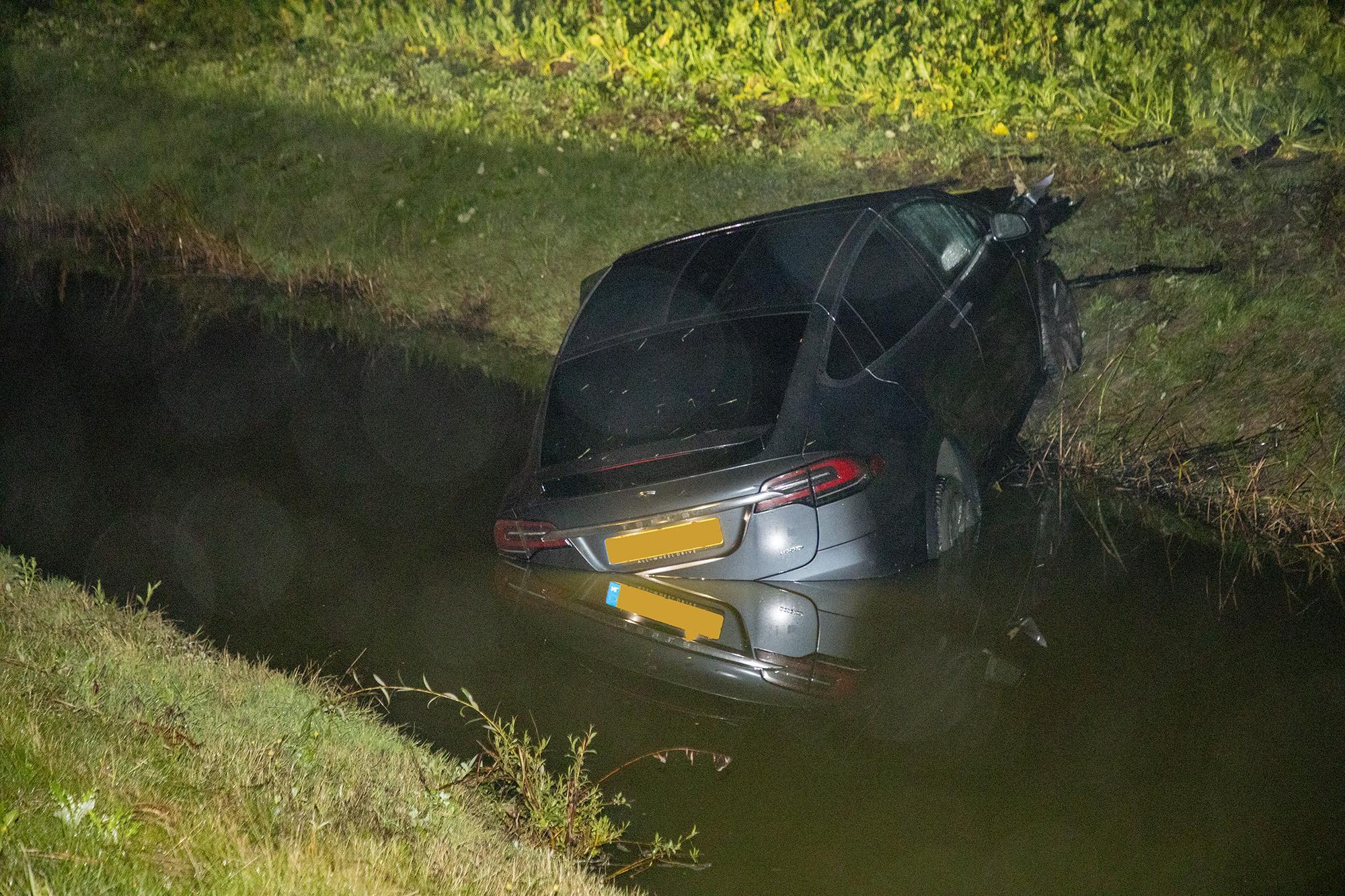 Auto belandt in sloot langs A9 bij Lijnden
