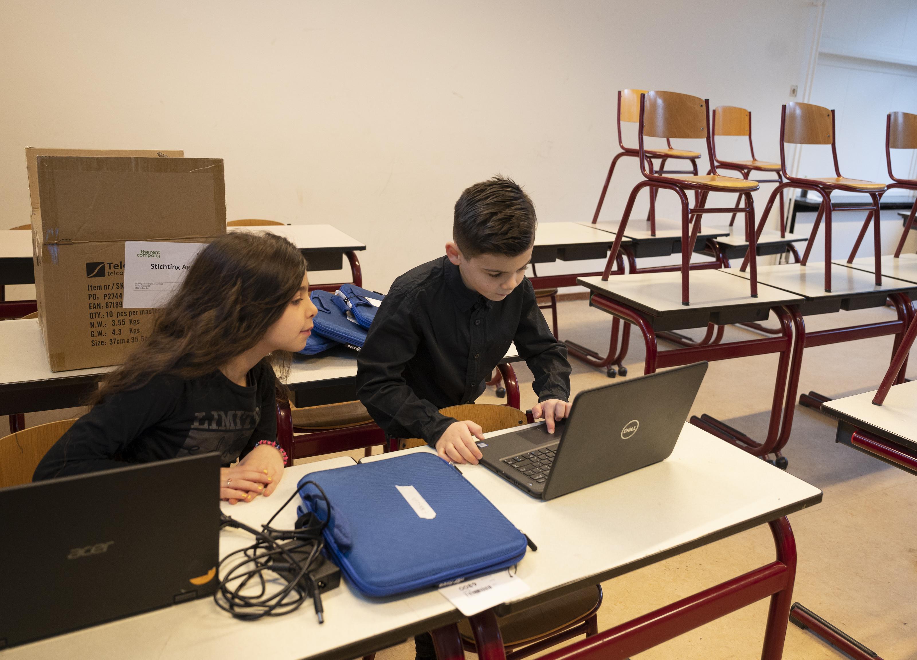 Groot tekort aan laptops thuisonderwijs, Can (7) had geluk, hij kreeg er al een waardoor hij niet meer op de laptop van zijn zusje hoeft