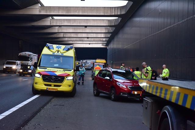 Lange file van Leiderdorp richting Amsterdam (A4) door ongeluk; drie auto's betrokken
