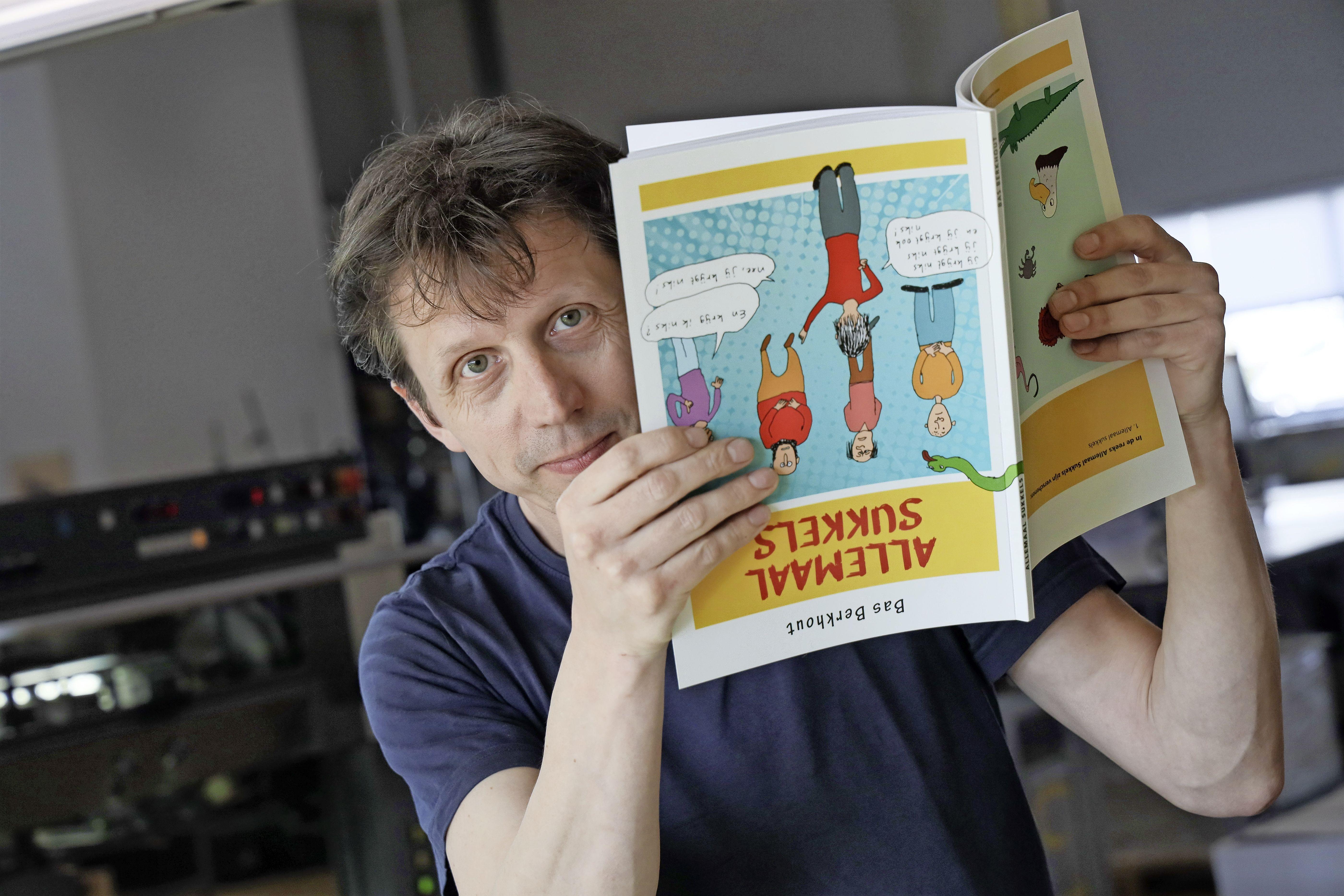 Bas Berkhout uit Wervershoof bundelt tekeningen vanaf zijn prille jeugd in boek: Absurdistische humor in (kant) tekeningen: 'Een beetje flauwekul kunnen we in deze malaise wel gebruiken'