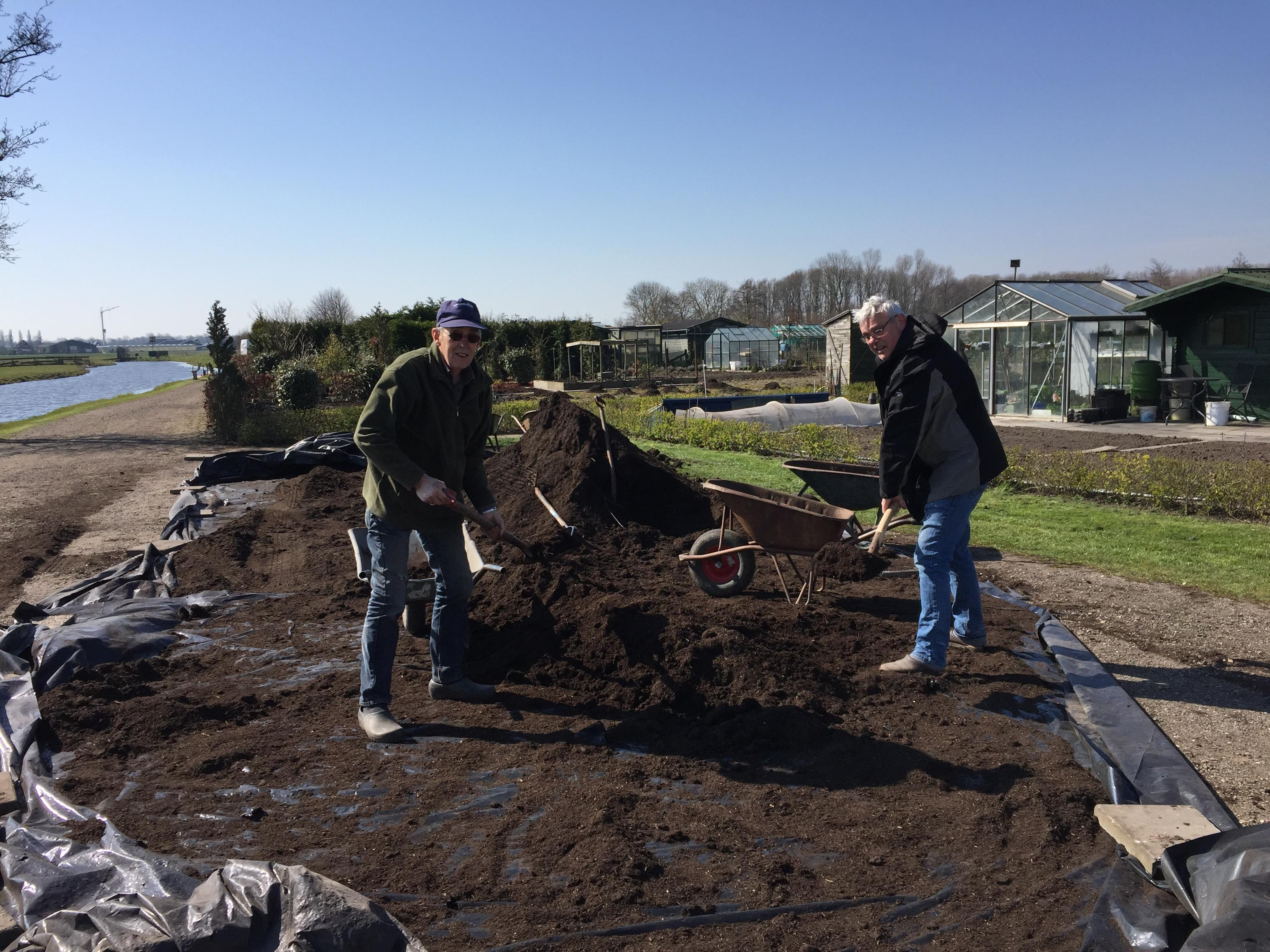 60 ton gratis compost valt in goede aarde bij volkstuinders in Obdam [video]