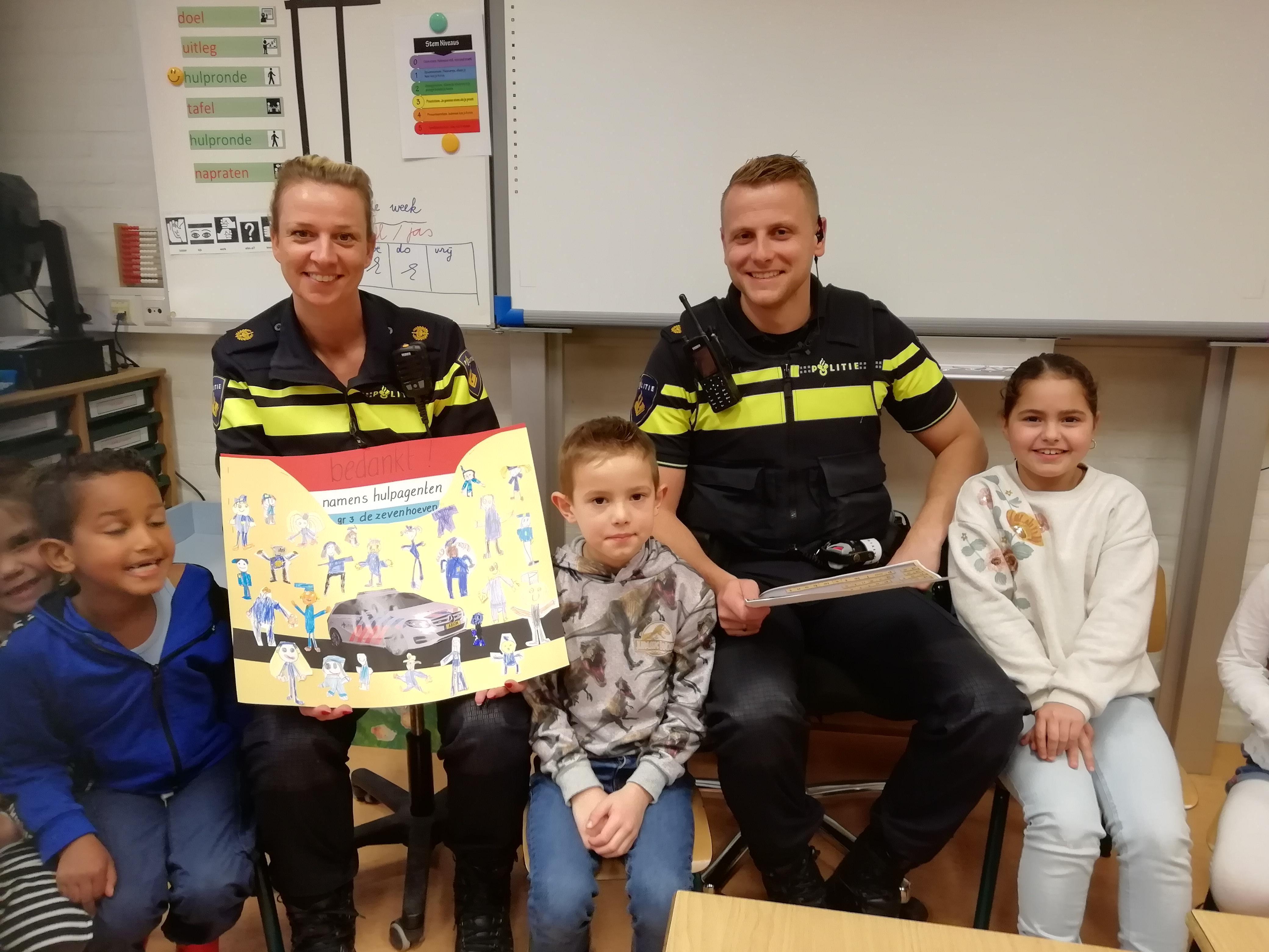 Hoe vang je boeven? Klas 3 van De Zevenhoeven uit Heemskerk vraagt het aan wijkagenten Jan en Karin