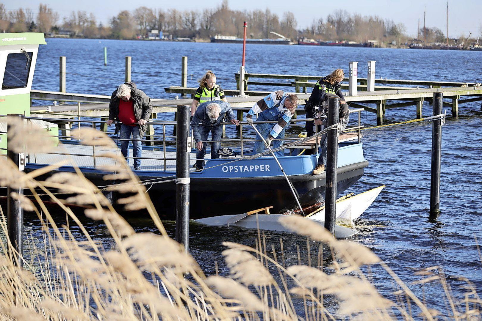 Omgeslagen boot aangetroffen in Haarlem; hulpdiensten starten zoekactie