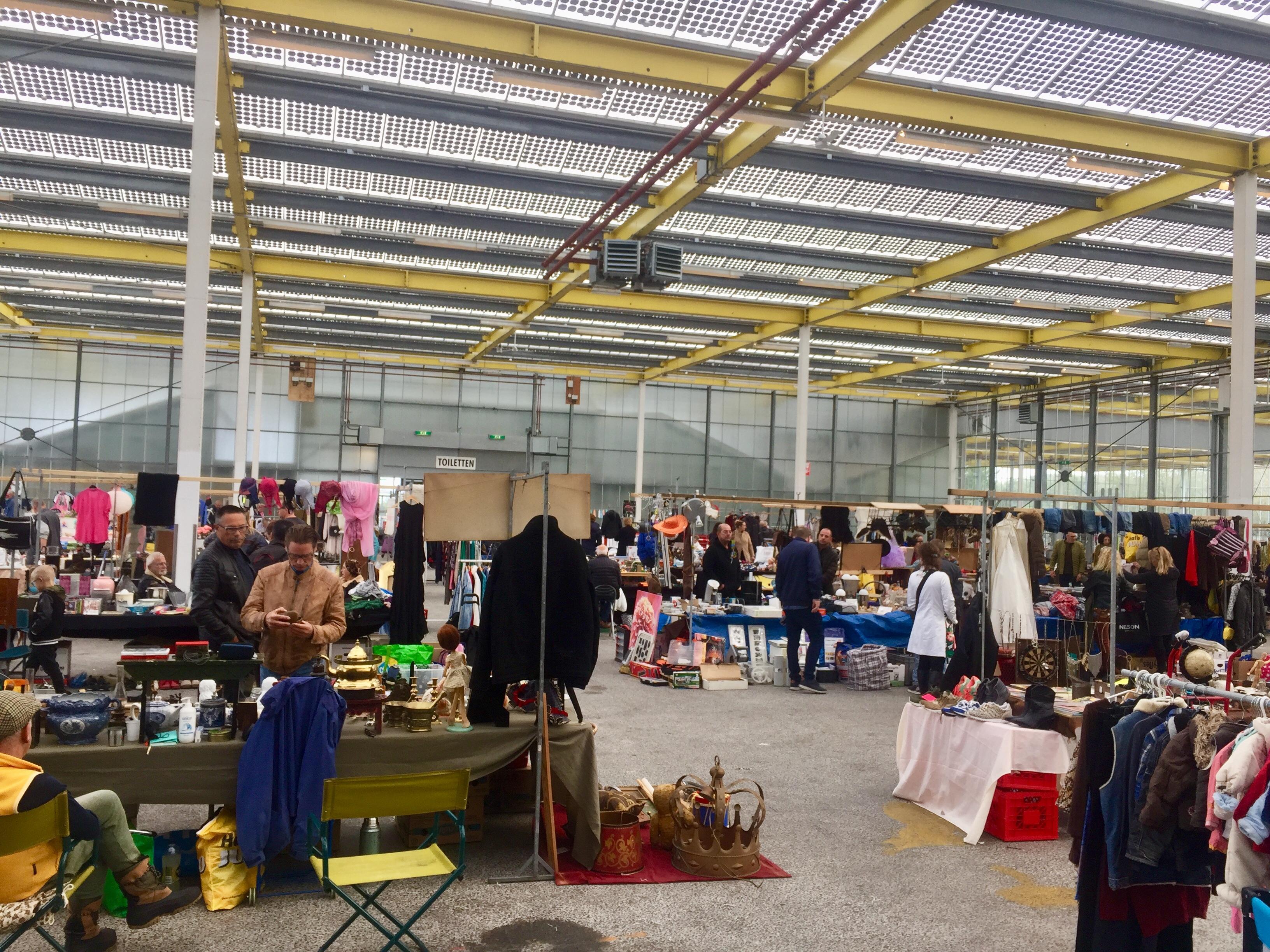 Burgemeester: Weinig kans op besmetting bij Megavlooienmarkt in Expo Haarlemmermeer. Boze moeder is niet overtuigd en kan het niet meer uitleggen aan haar dochters