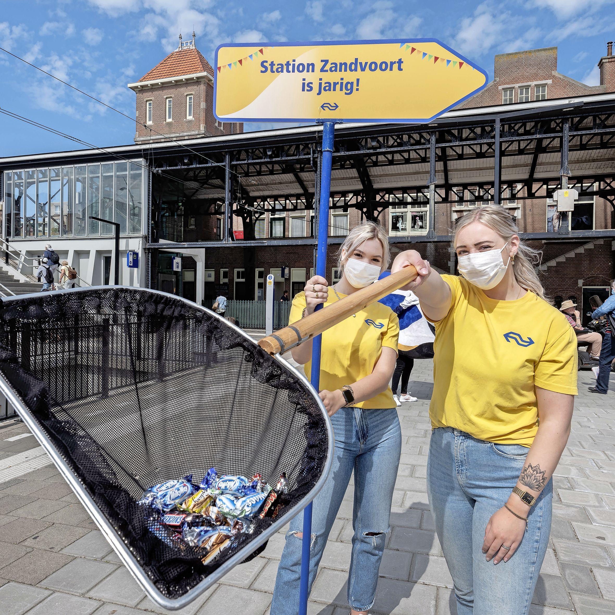 NS viert 140-jarig bestaan station Zandvoort 'Gemeente attendeerde ons op verjaardag'