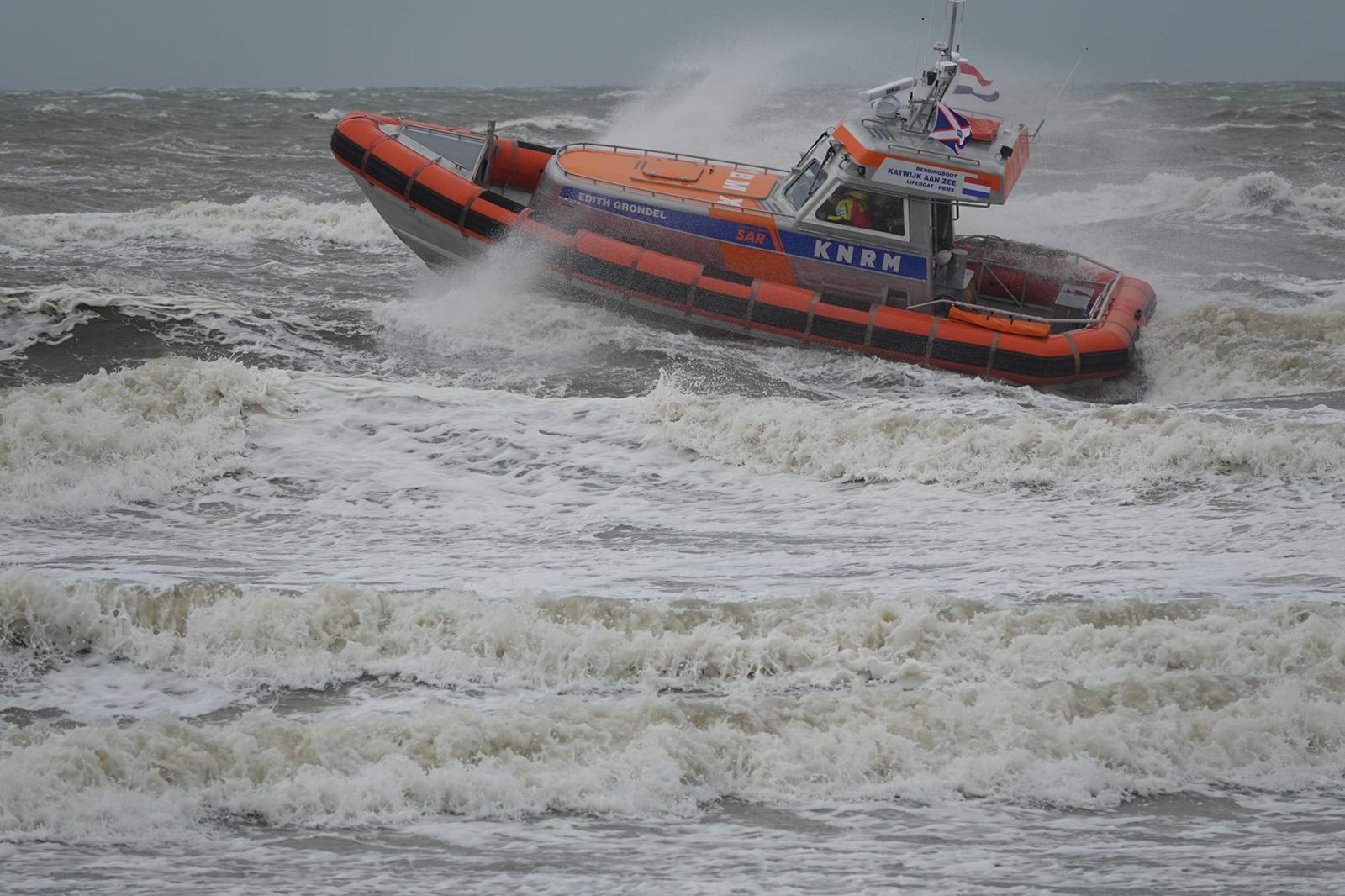Grote zoekactie naar 'man met rode zwembroek' in de Noordzee bij Katwijk [update]