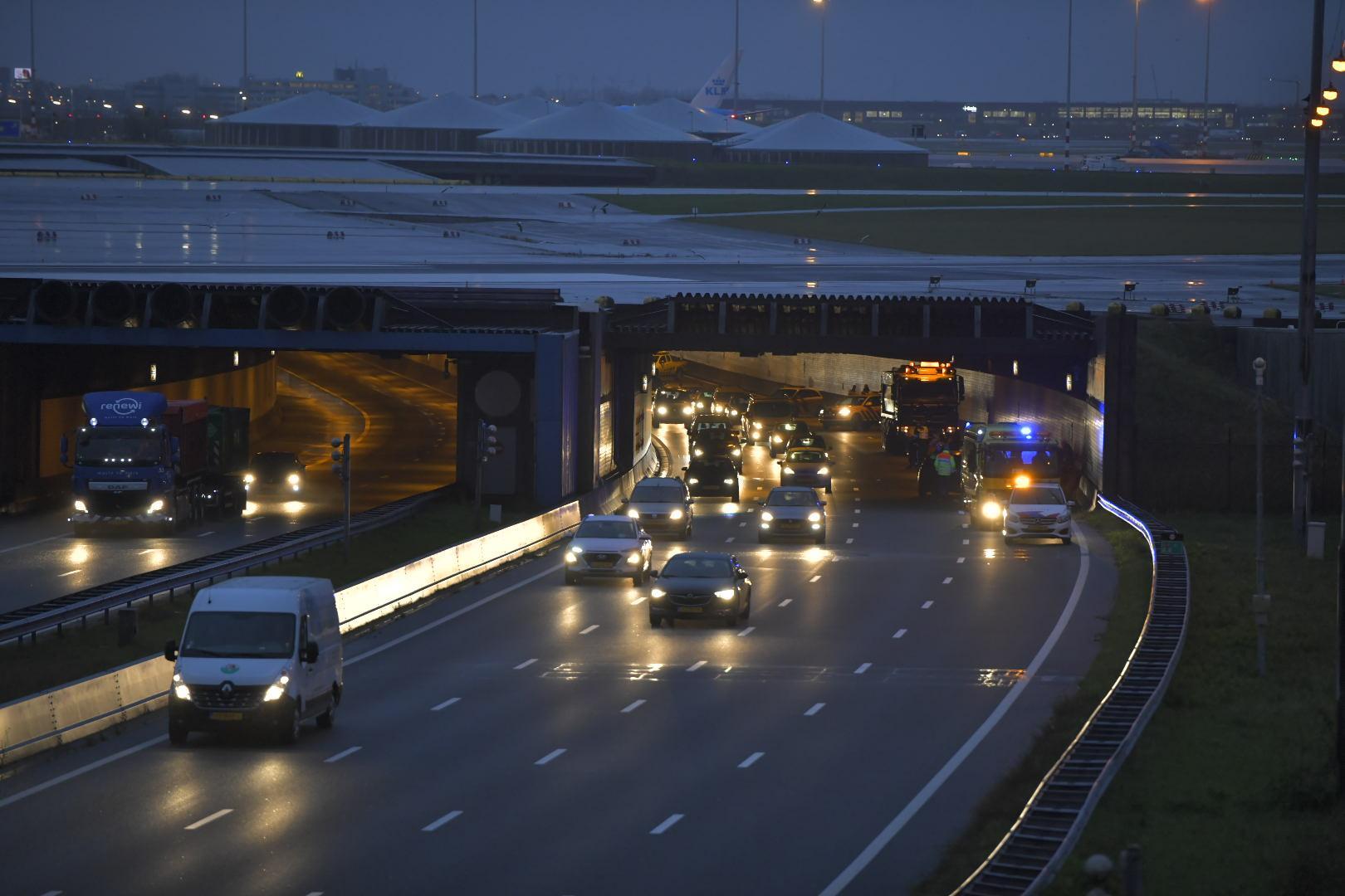 Ongeluk in Schipholtunnel, twee rijstroken richting Amsterdam dicht
