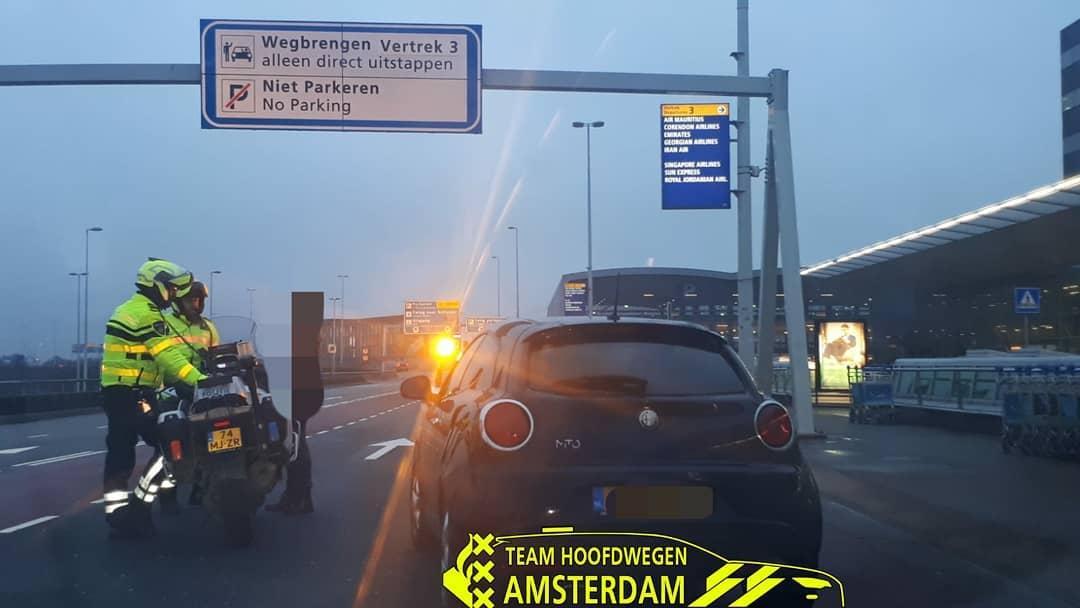 Auto staande gehouden bij verkeerscontrole Schiphol. Wat blijkt? Bijna 25.000 euro aan openstaande boetes
