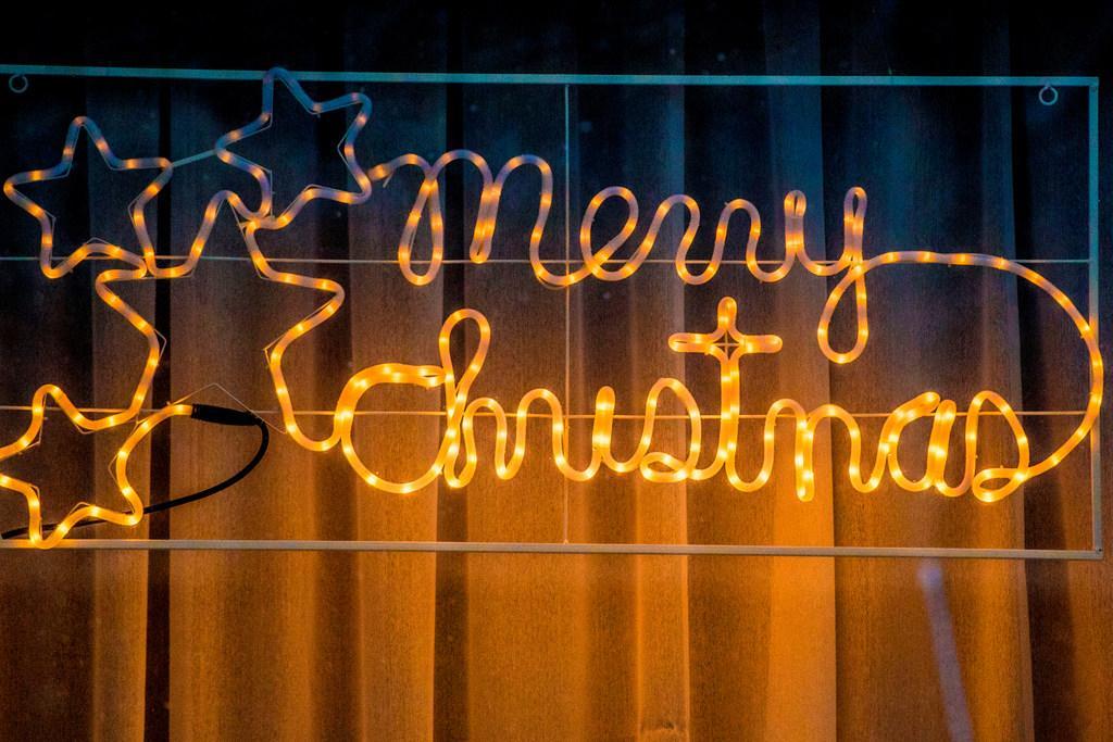 Nieuw-Overdie badend in kerstlicht. 1200 lichtsnoeren werpen een heel ander licht op de wijk. 'We willen hiermee laten zien dat er ook positieve dingen gebeuren in de wijk'