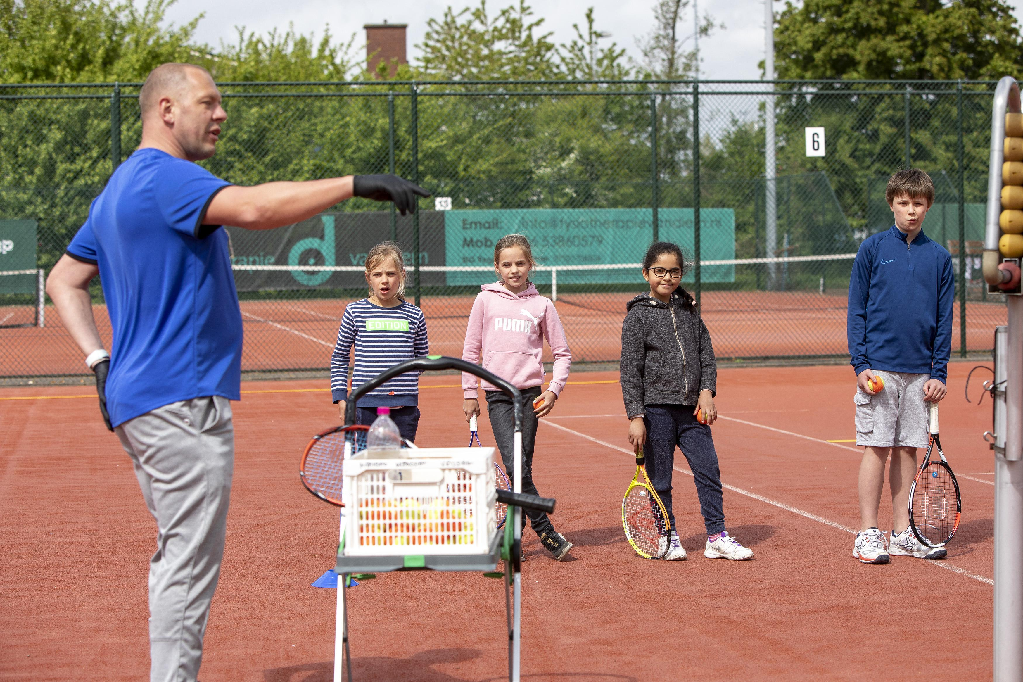 Kinderen krijgen weer les bij de Haarlemse tennisvereniging Overhout: via groene smileys naar de baseline