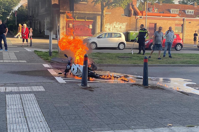 Scooter uitgebrand bij ongeval in Hilversum; betrokken auto is doorgereden