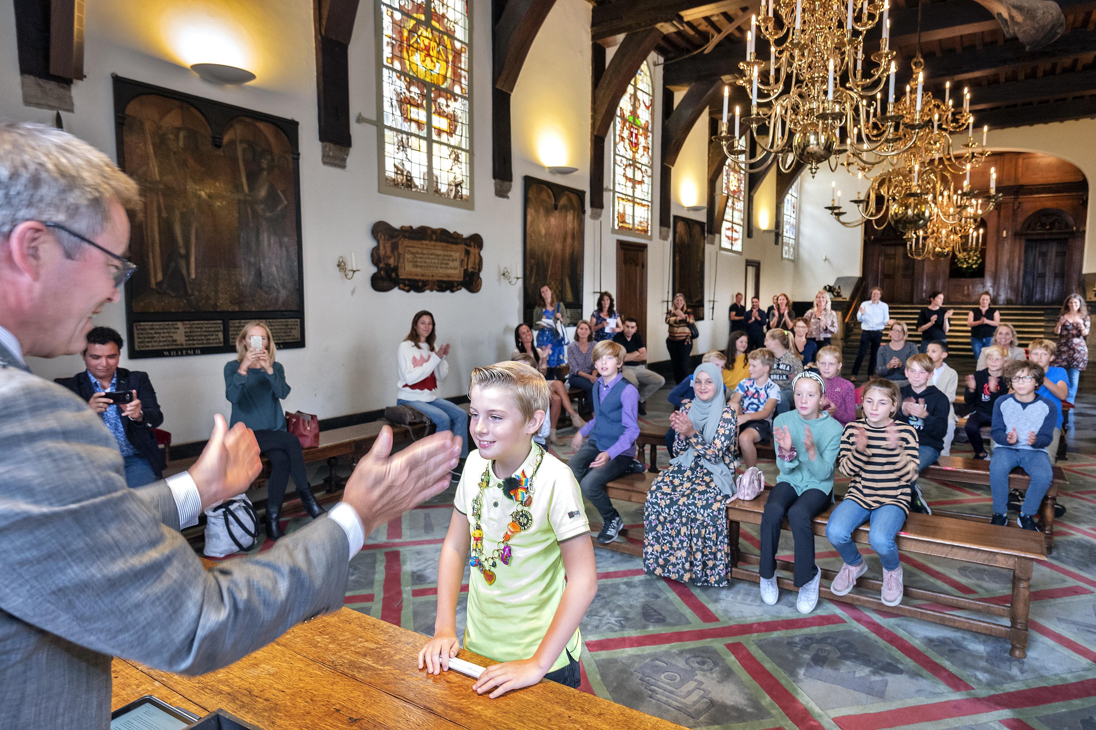Kersverse en piepjonge Haarlemse 'politici' filosoferen over een mooiere stad: 'Iets doen tegen racisme en kauwgom op straat'
