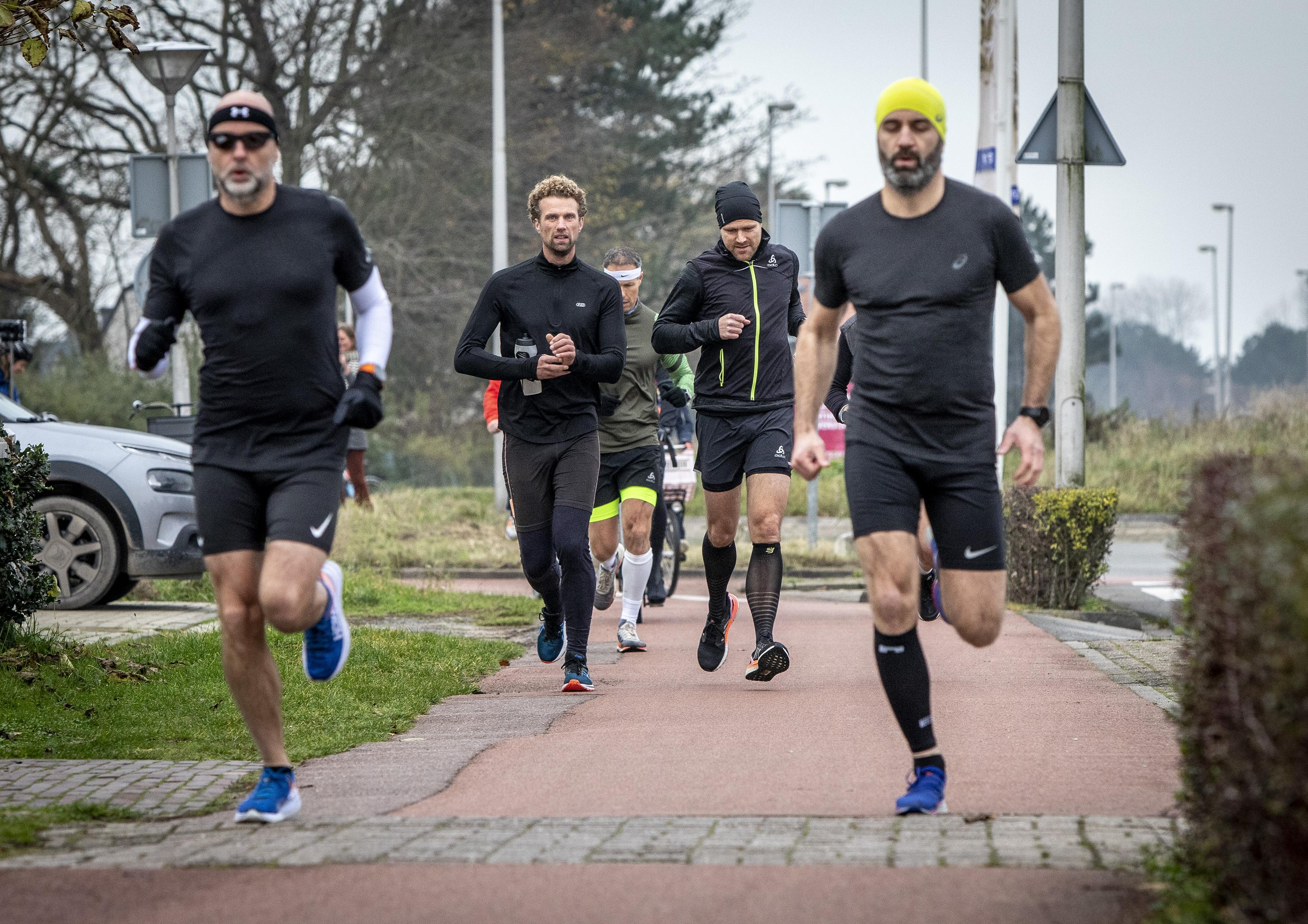 Zes Haarlemse schoolvrienden lopen de Coronathon: 'Het was een mooi lichtpuntje om naartoe te werken'