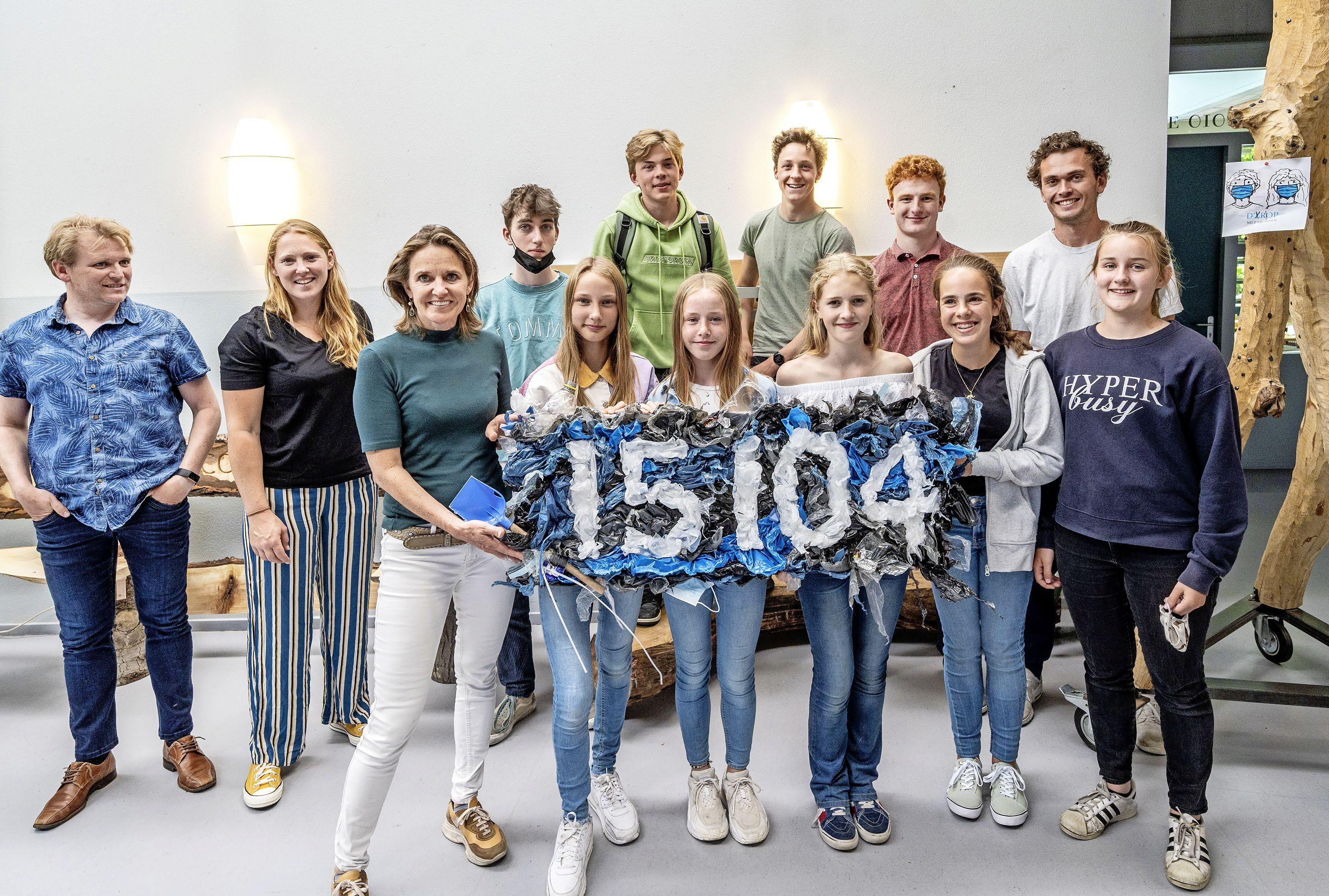 Leerlingen Rudolf Steiner College in Haarlem in actie voor de Plastic Soup Foundation. 'Een vogelnest van plastic, dat hoort niet'