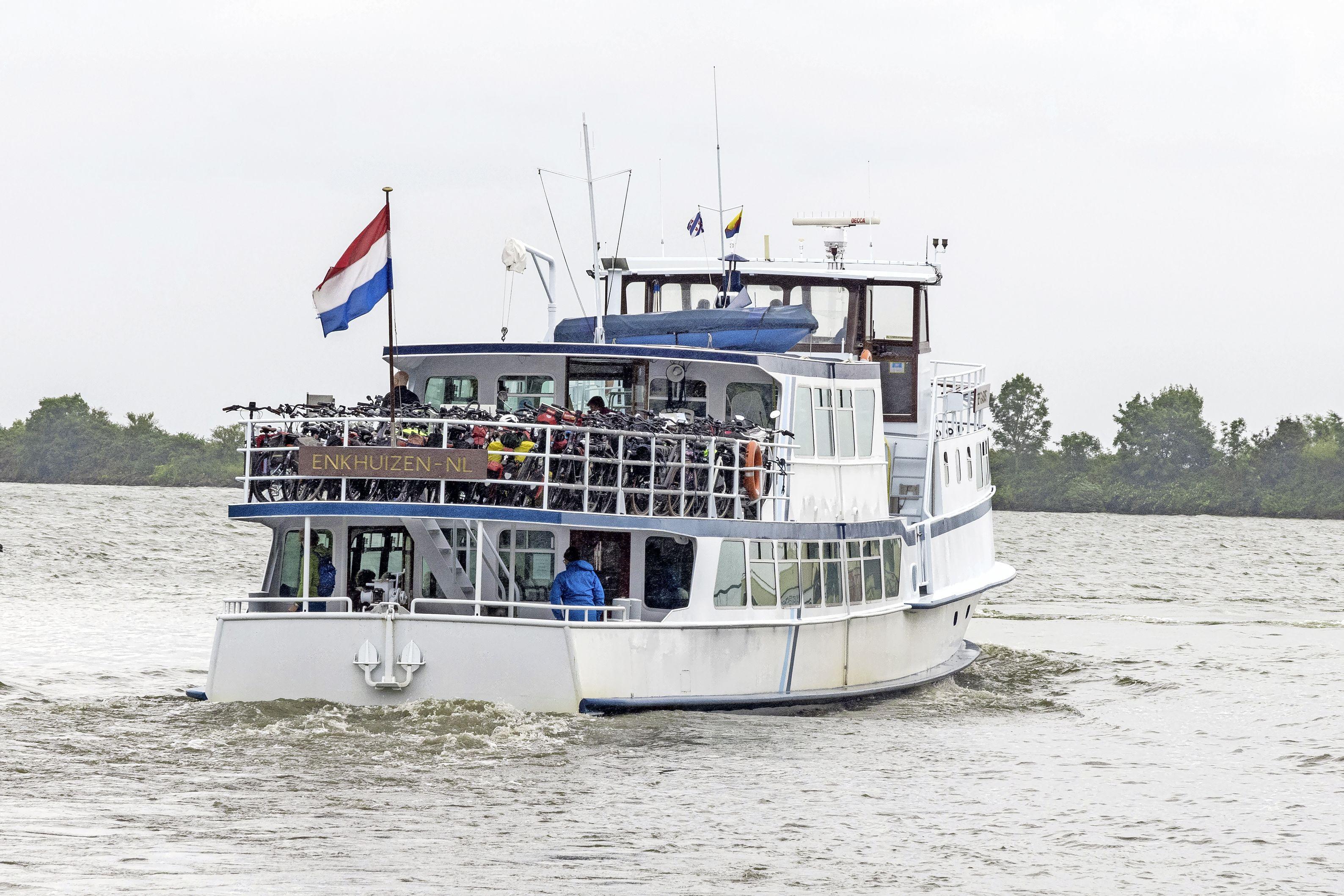 55-jaar oude Enkhuizer veerpont Bep Glasius is door corona 'uitgekleed'. Afgesloten Afsluitdijk is meevaller vanwege fietsers