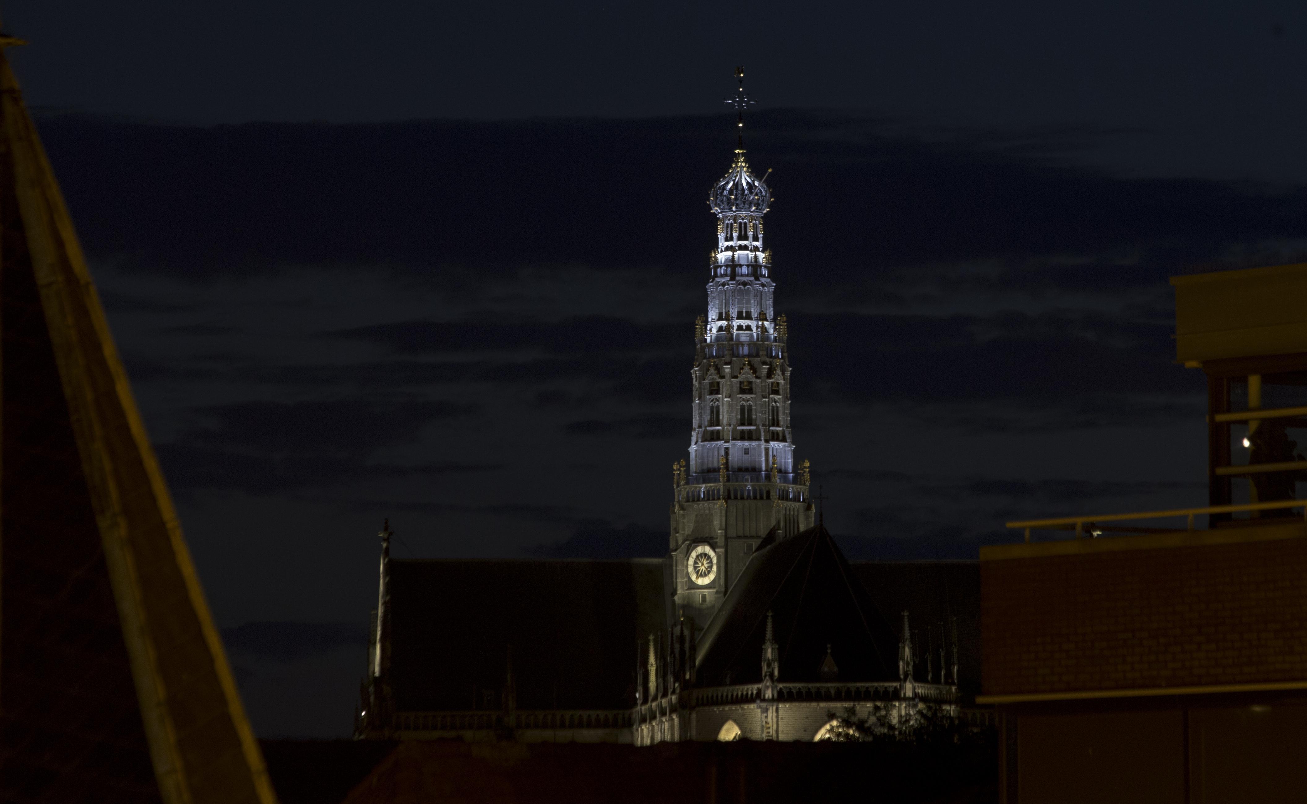 Nieuwe verlichting toren Grote of St-Bavokerk getest