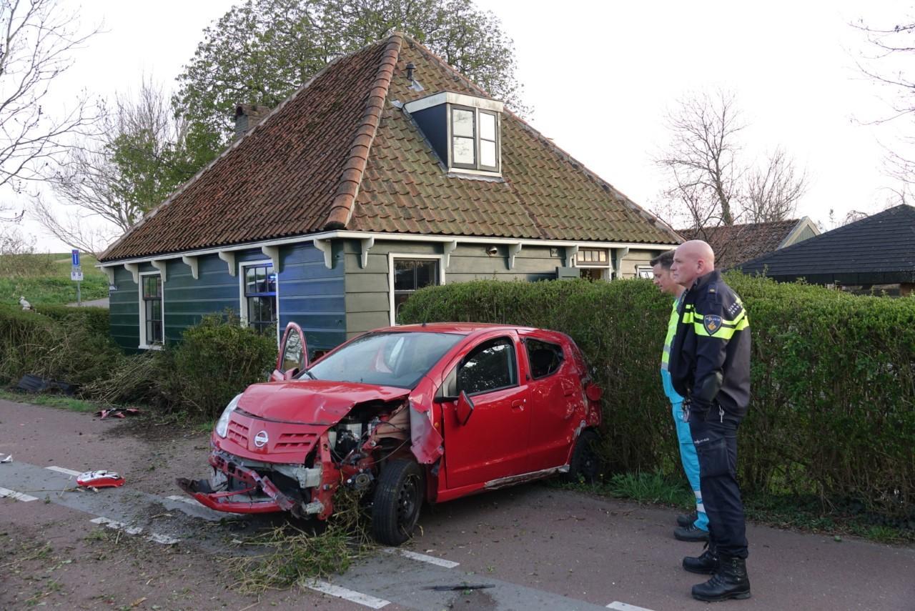 Auto ramt huis op de Nauerna in Assendelft; flinke schade aan keuken