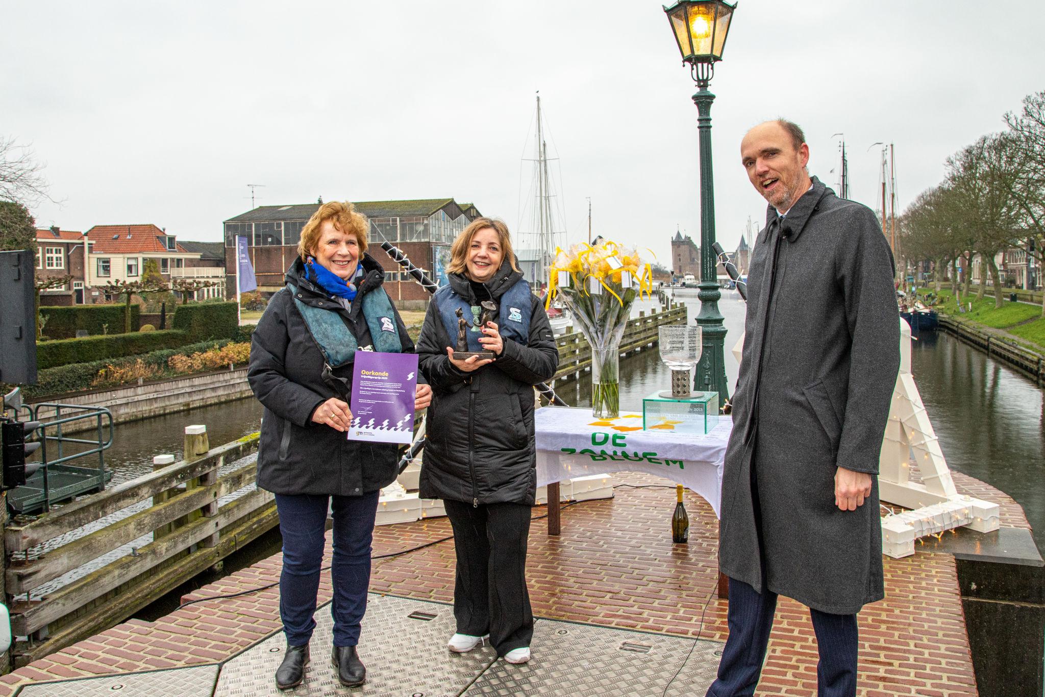Geen smoezen nodig om winnaars vrijwilligersprijzen naar gemeentehuis te lokken; Gooise Meren eert ze alle vier in nieuwjaarsvideo