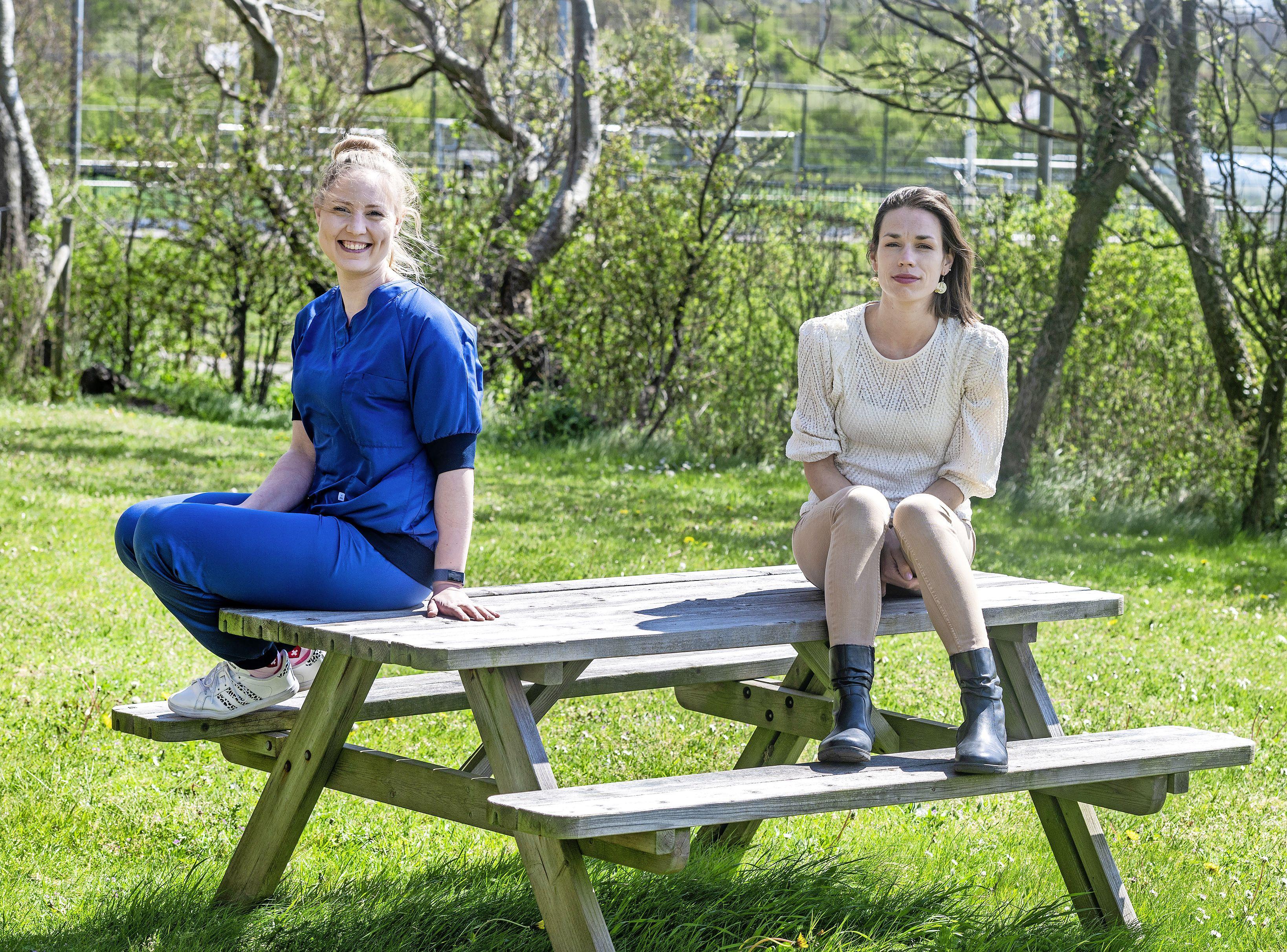 Wijkverpleegkundigen Kimberley en Sanne merken dat het werken in coronatijd nu een stuk zwaarder is - en ze missen wat empathie. 'Het 'lang leve de zorg', dat gevoel is behoorlijk weg'