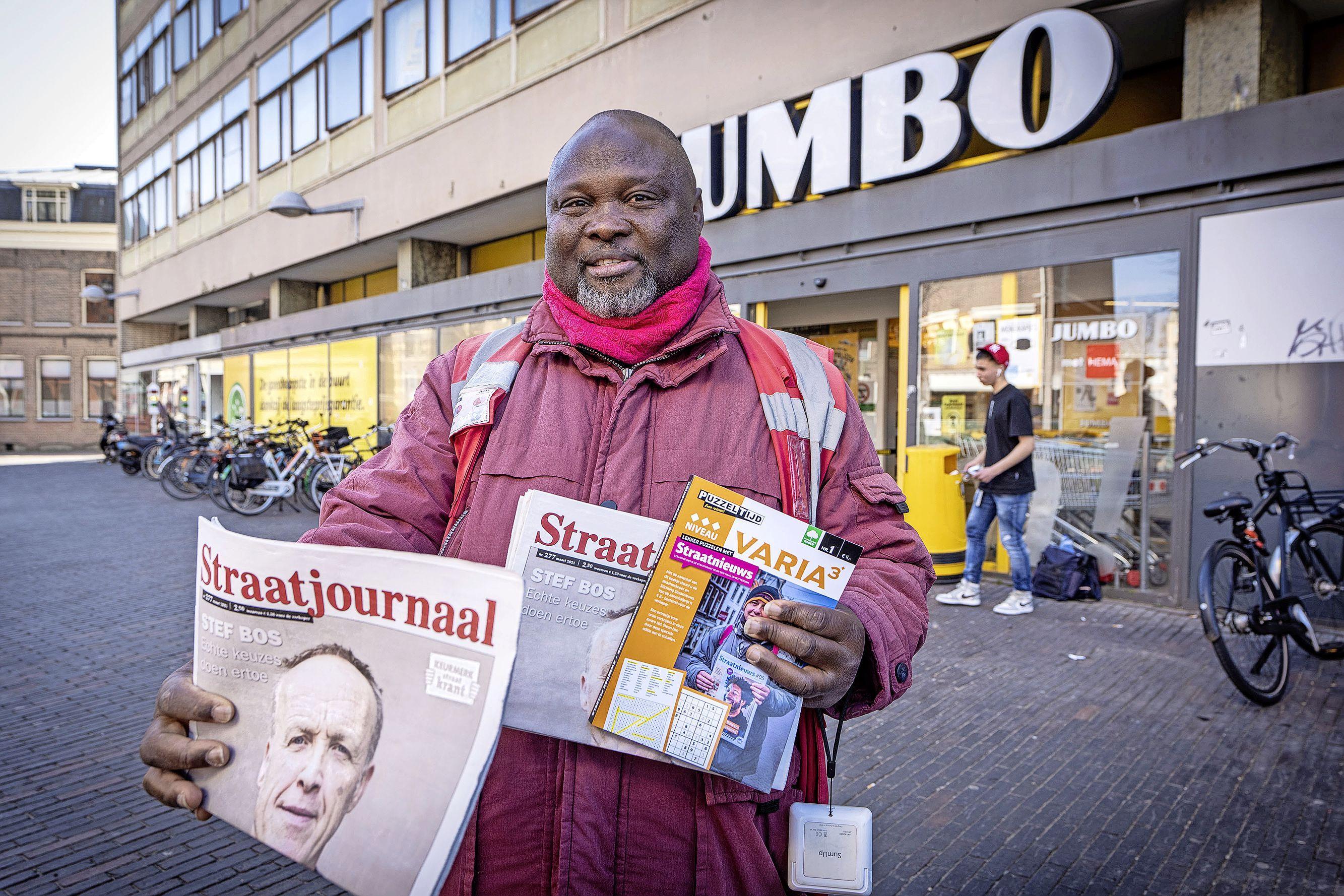 Studenten zijn geraakt door verhaal van Straatjournaalverkoper Victor Okoro en zamelen 15.000 euro in: 'Zijn verhaal brak mijn hart echt'