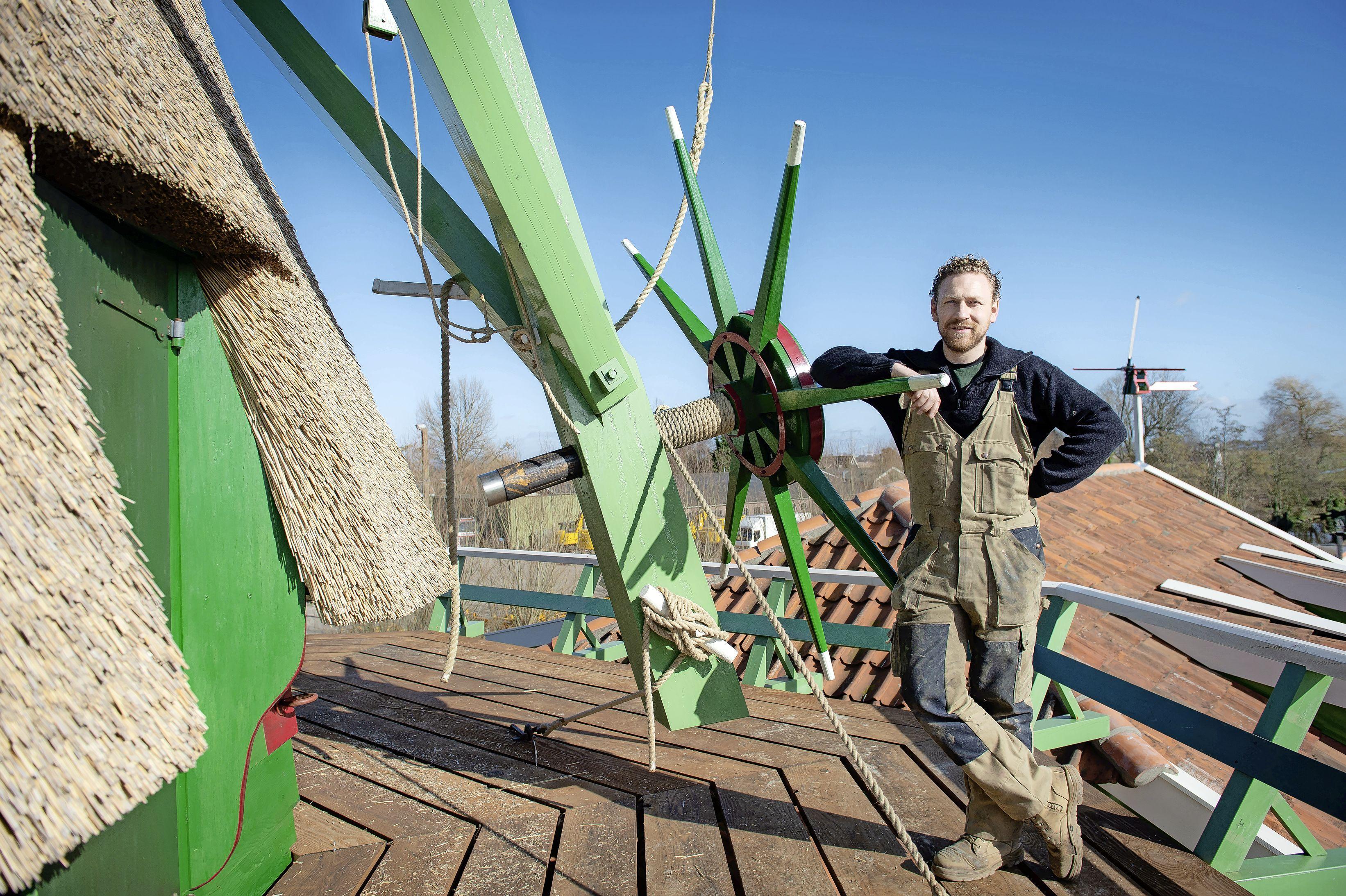 Timmerman Remco Jonker laat molen De Veldmuis draaien als een Zwitsers uurwerk. 'Ik heb wel wat slapeloze nachten gehad. Dan bleef de molen maar malen in mijn hoofd'