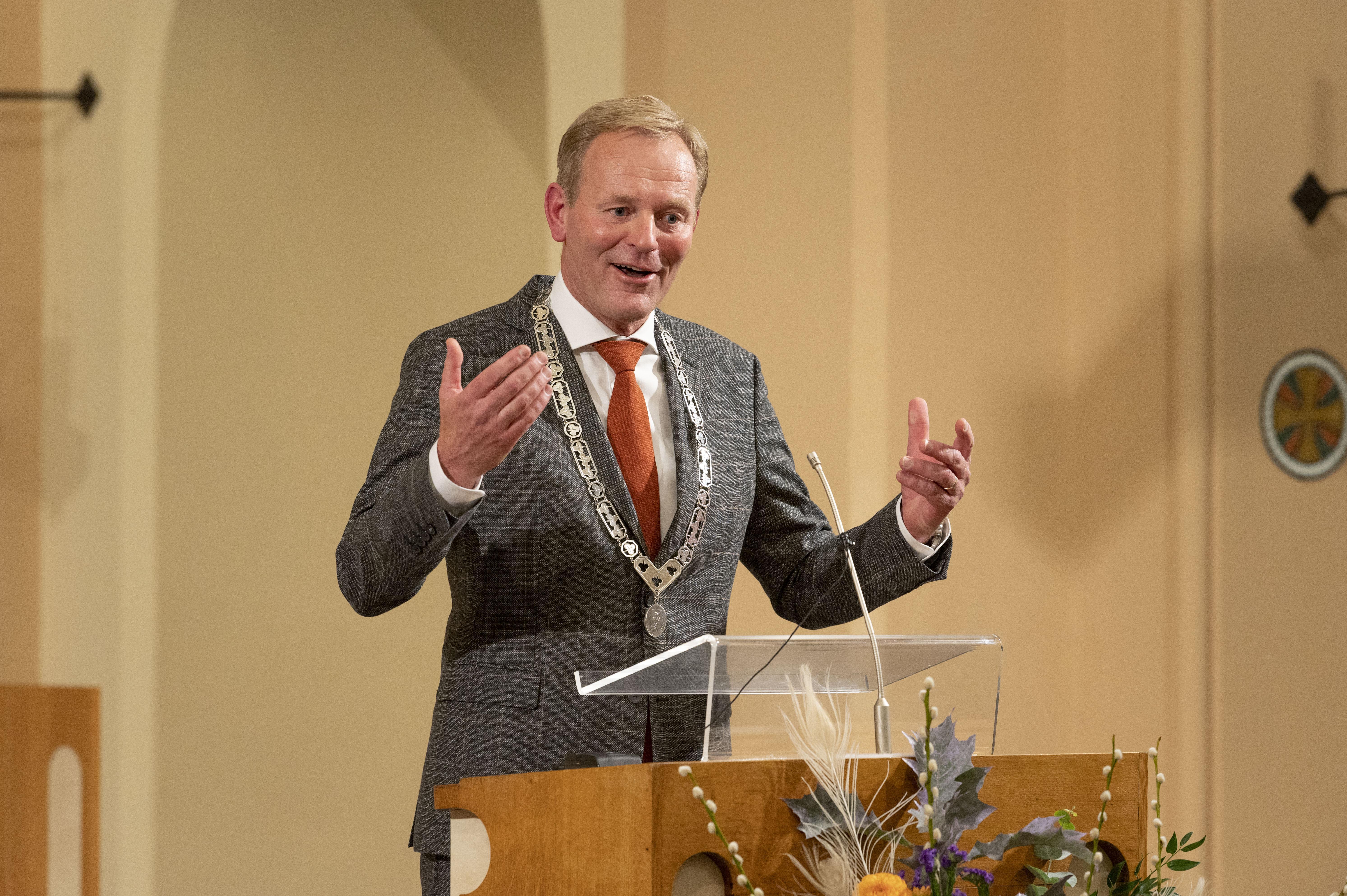 De nieuwe burgemeester Zoeterwoude gaat tennislessen geven
