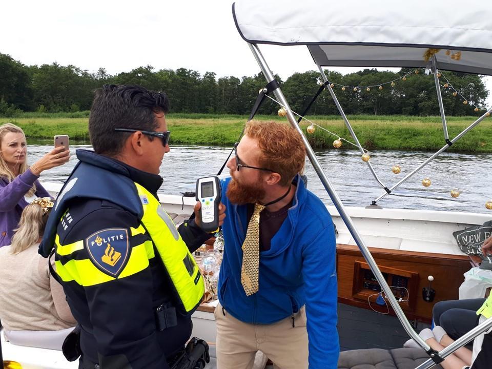 Politie controleert 80 schippers op varen onder invloed op Sloepentocht; twee boetes uitgedeeld
