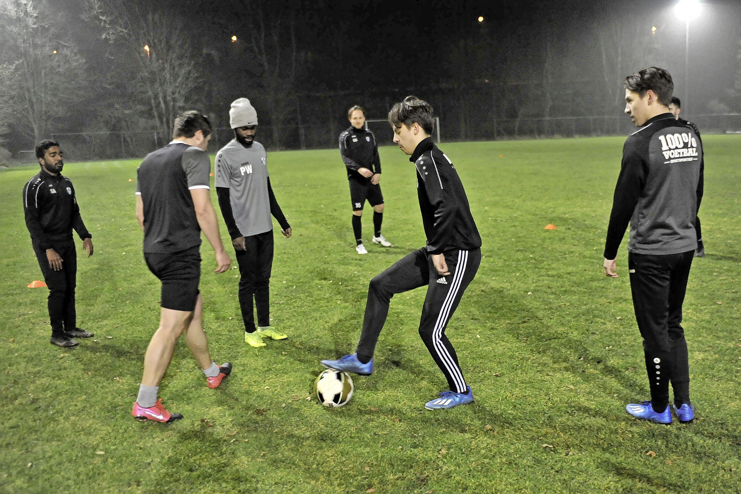 Jonkies van FC Zaandam blij dat ze na maanden weer samen mogen trainen: 'Het is wel wrang voor de oude garde'