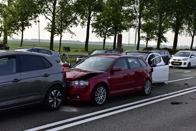 Kettingbotsing met vijf auto's op N207: vrouw gewond naar ziekenhuis