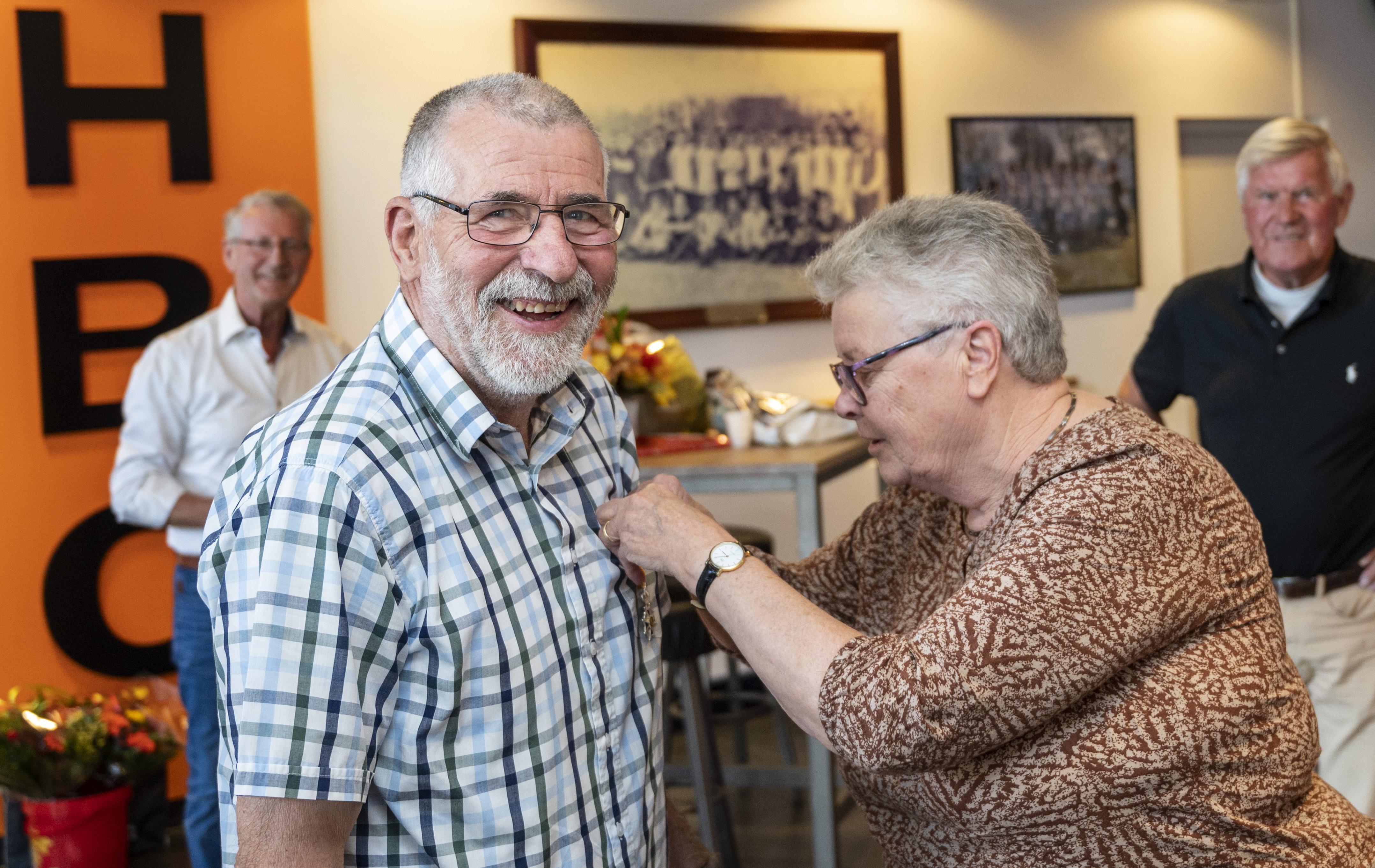 Lintje voor HBC-er Juul van der Veldt: 'Je kan niet 45 jaar al die wedstrijden fluiten zonder hulp van je vrouw'