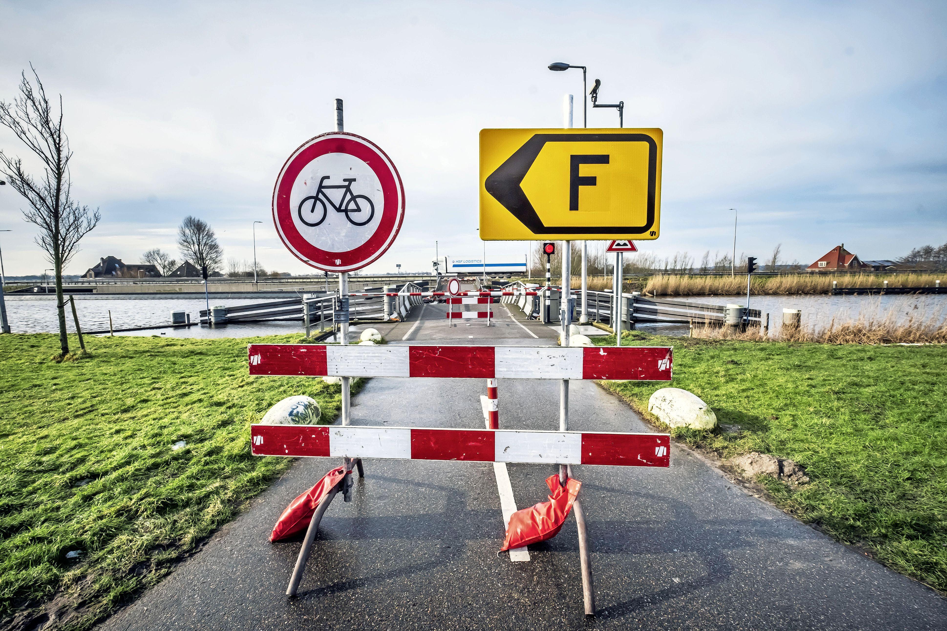 Omlopen en -fietsen door de kapotte Rekervlotbrug is na ruim twee maanden voorbij: er komt een tijdelijk veerpontje tussen Koedijk en Bergen