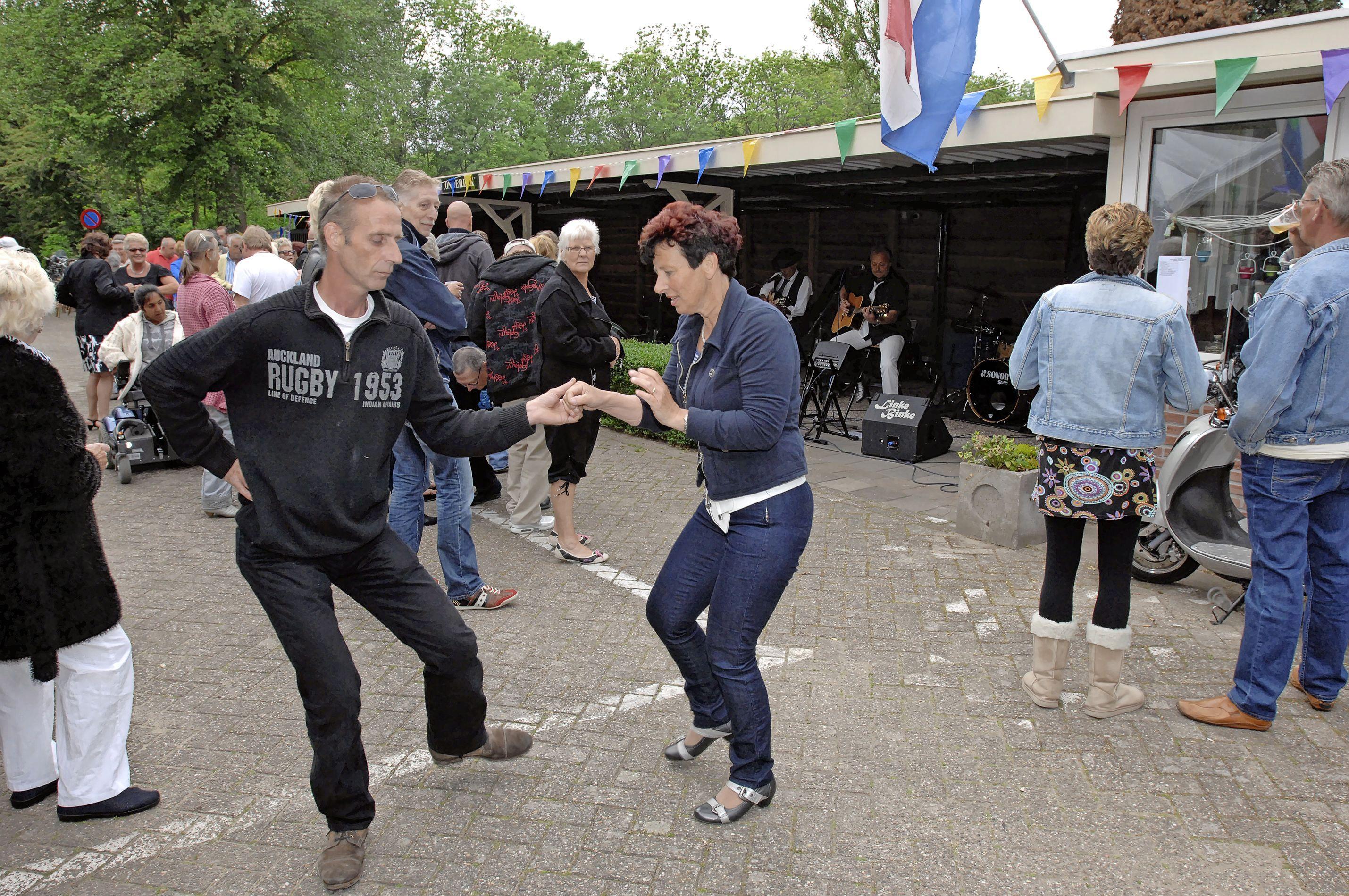 Coronaproof zomerfeest bij volkstuinvereniging Wijkeroog in Velsen-Noord met veel eten en drinken en een jamsessie als toetje