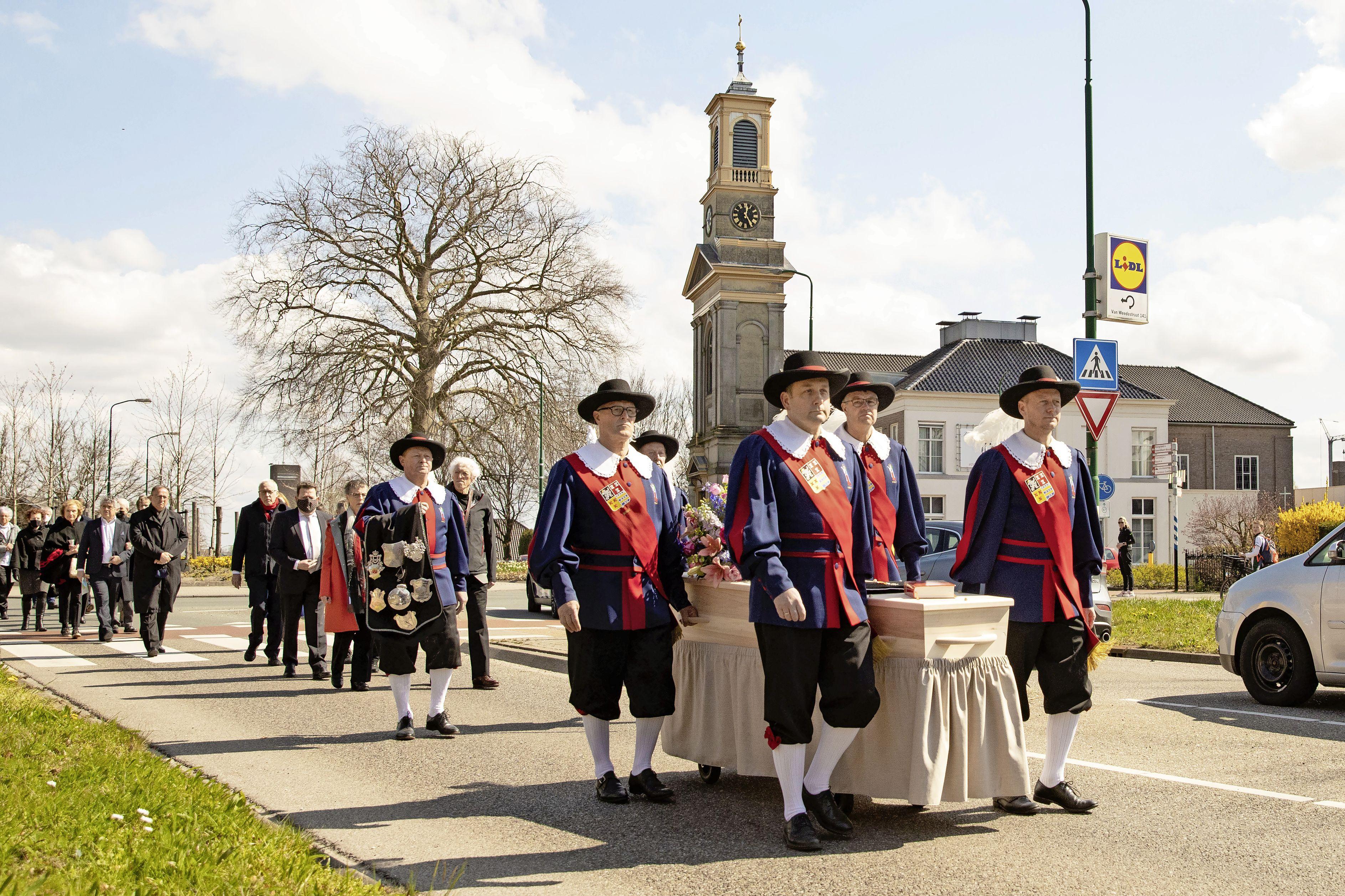 Koninklijk gilde-afscheid voor emeritus pastoor Wil Veldhuis
