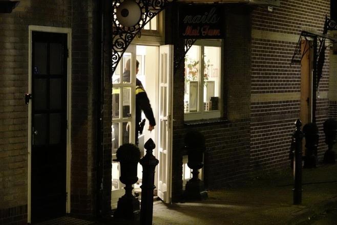 Gemaskerde mannen met vuurwapens eisen geld in Heerhugowaardse nagelstudio en snackbar. Ze moeten echter vluchten voor omstanders. Drie verdachten blijven voorlopig achter de tralies