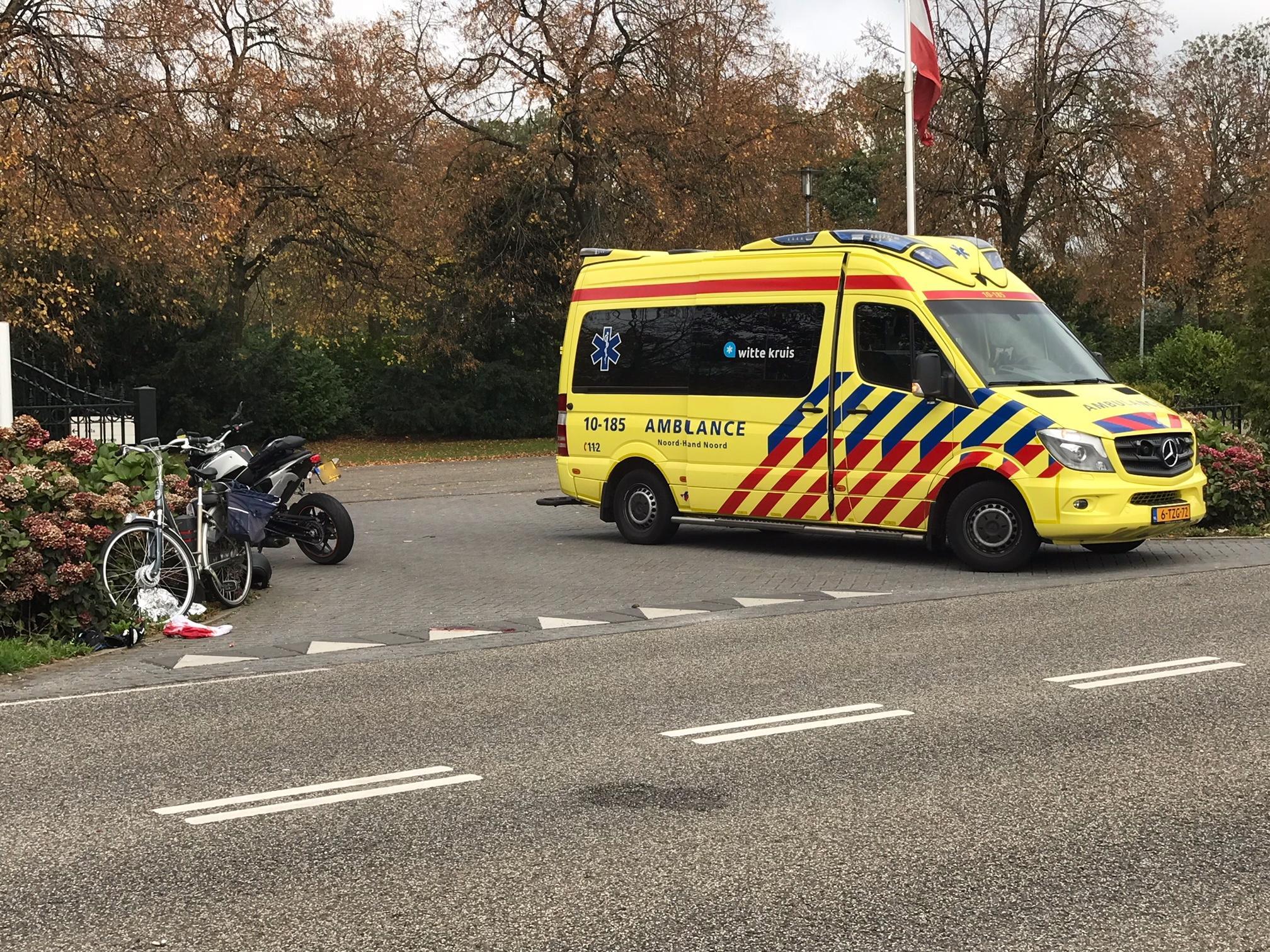 Fietser loopt hoofdletsel op na botsing met motor in Hoorn